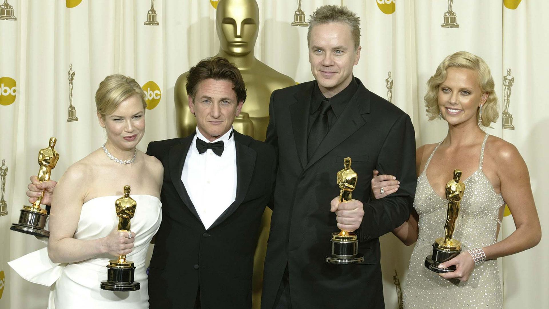 """Con Renée Zellweger, Sean Penn y Charlize Theron luego de ganar su Oscar por su papel en """"Río Místico"""" (AFP)"""