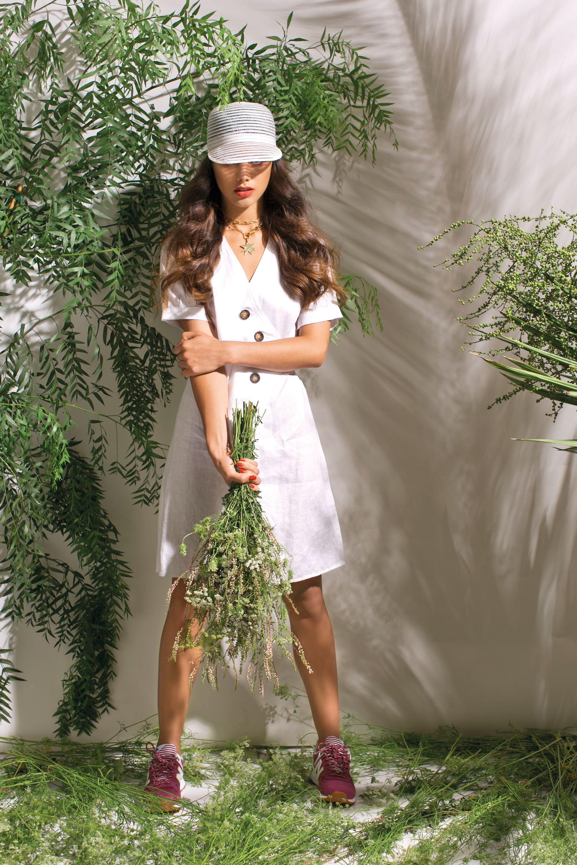 Vestido cruzado ($ 3.200, Uma), cap ($ 1.150, Made in Chola), zapatillas ($ 3.199, New Balance) y collar ($ 2.550, Gallery Gang).