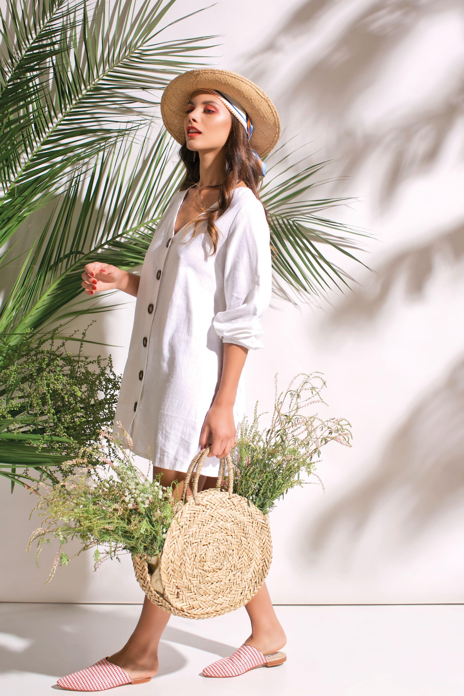 Vestido de lino amplio ($ 1.600, Filía), pañuelo y canasta ($ 800 y $ 2.200, Uma).