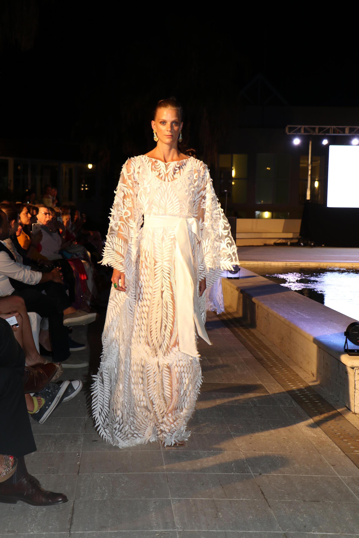 Sus diseños se destacan por la exquisitez que tienen en los bordados, los corte láser y el trabajo del artesano 100% de pieza por pieza