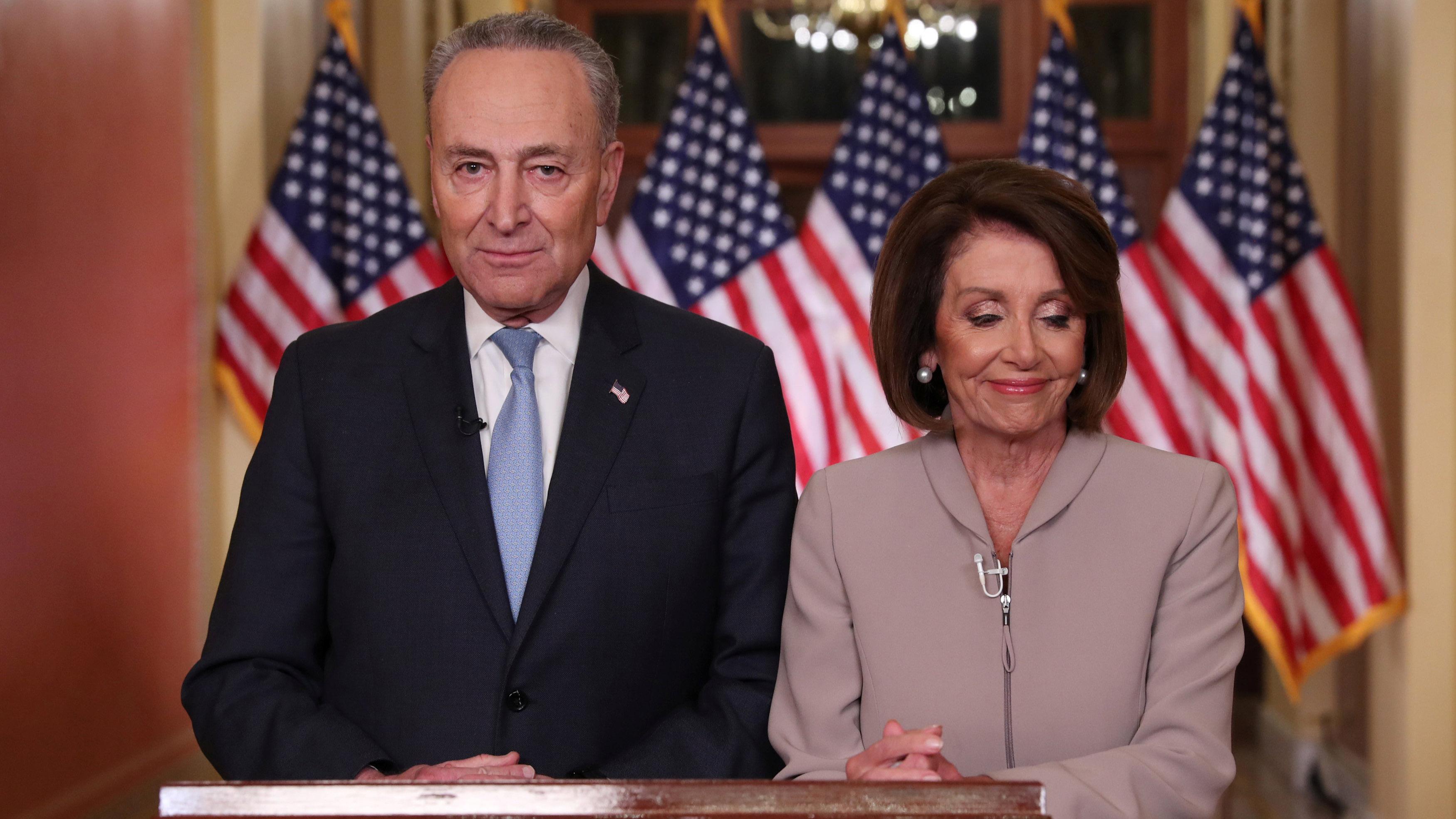 La presidenta de la Cámara de Representantes, la demócrata Nancy Pelosi, junto al líder del partido en el Senado, Chuck Schumer(REUTERS/Jonathan Ernst)