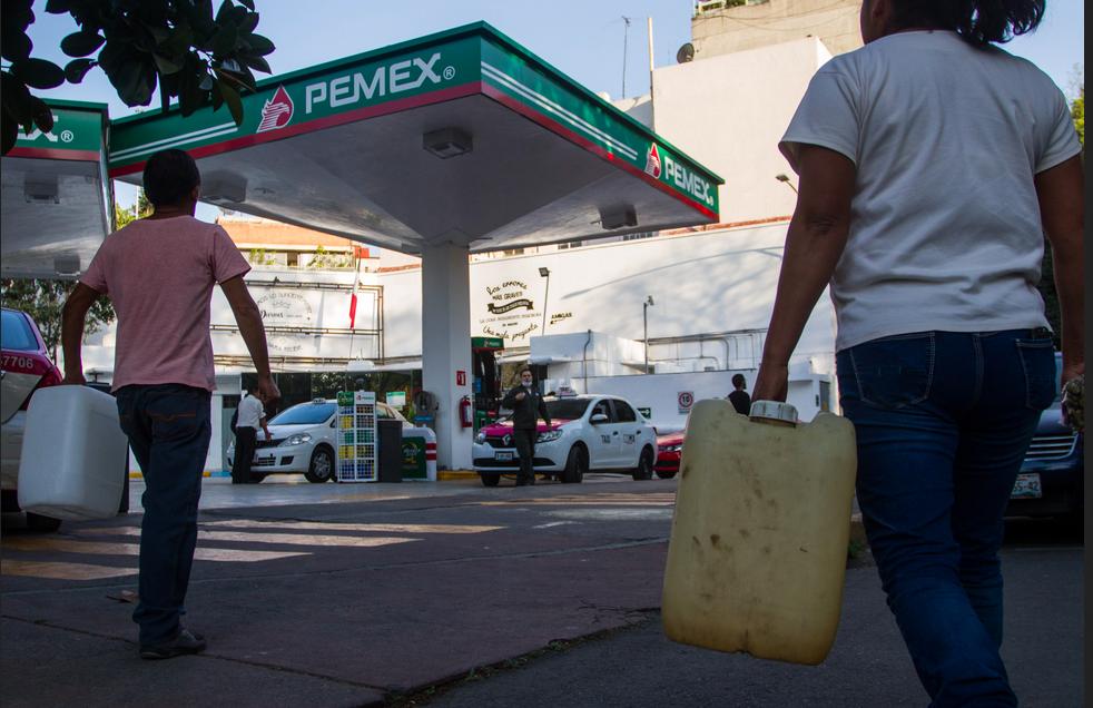 Algunas personas intentaron comprar gasolina en galones (Foto: Cuartoscuro)