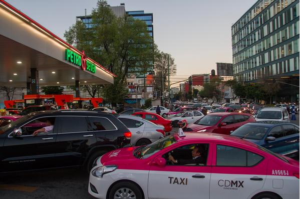 Después de las 22:00 al menos una docena de gasolineras habían cerrado (Foto: Cuartoscuro)