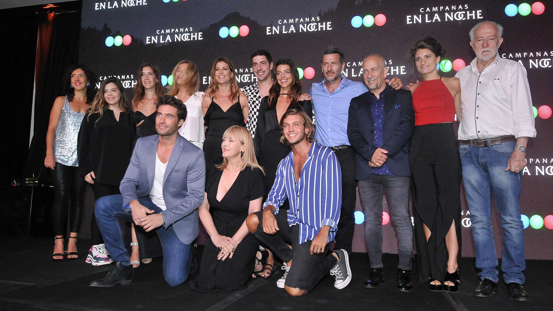 El elenco completo de la tira, durante el evento realizado en Puerto Madero (Crédito de Fotos: Teleshow)