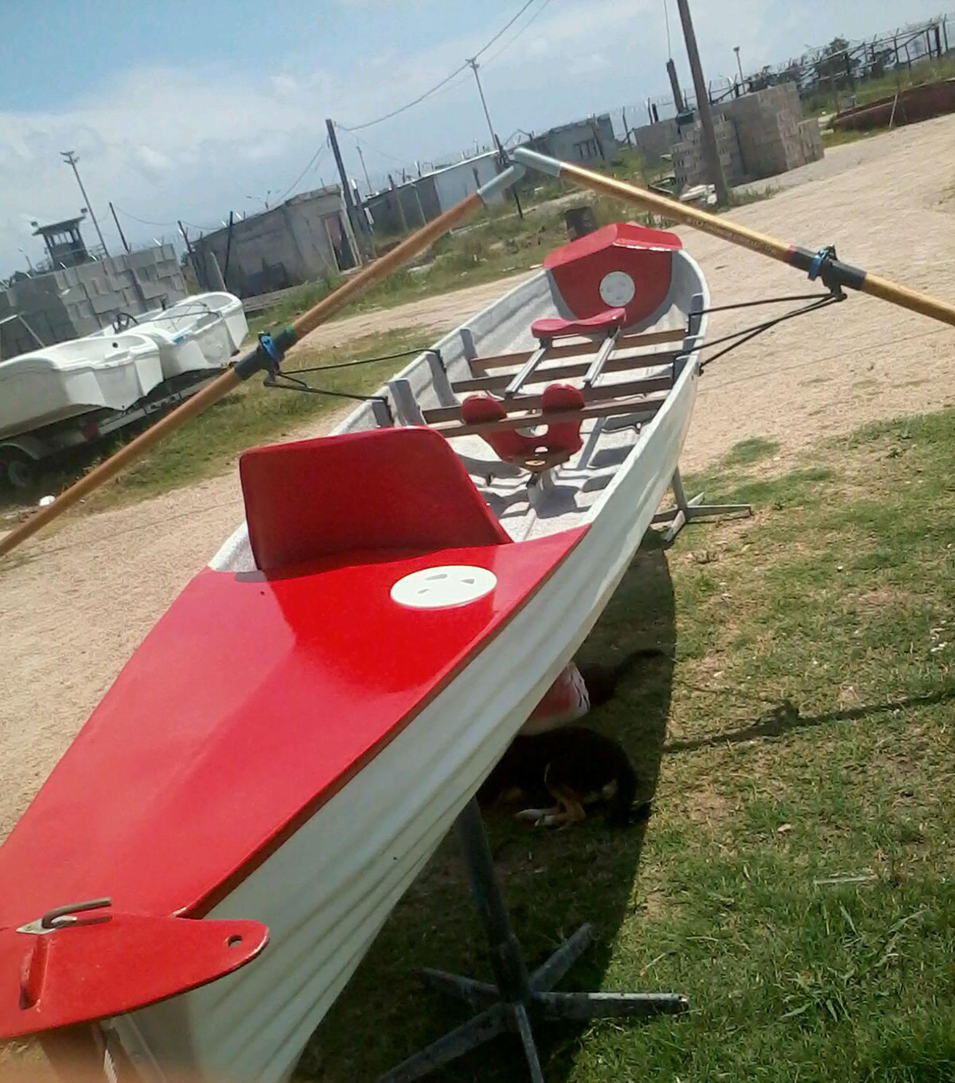 Uno de los botes que se repararon en el taller de fibra de vidrio de Punta de Rieles.