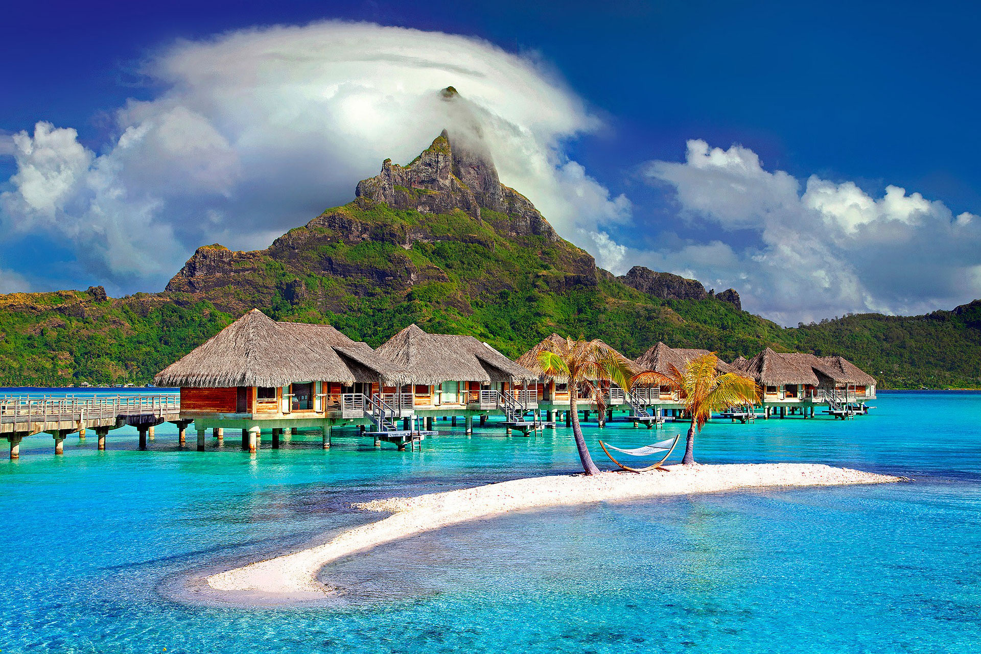 La alta isla y montañosa, de origen volcánico, está rodeada con un arrecife de coral