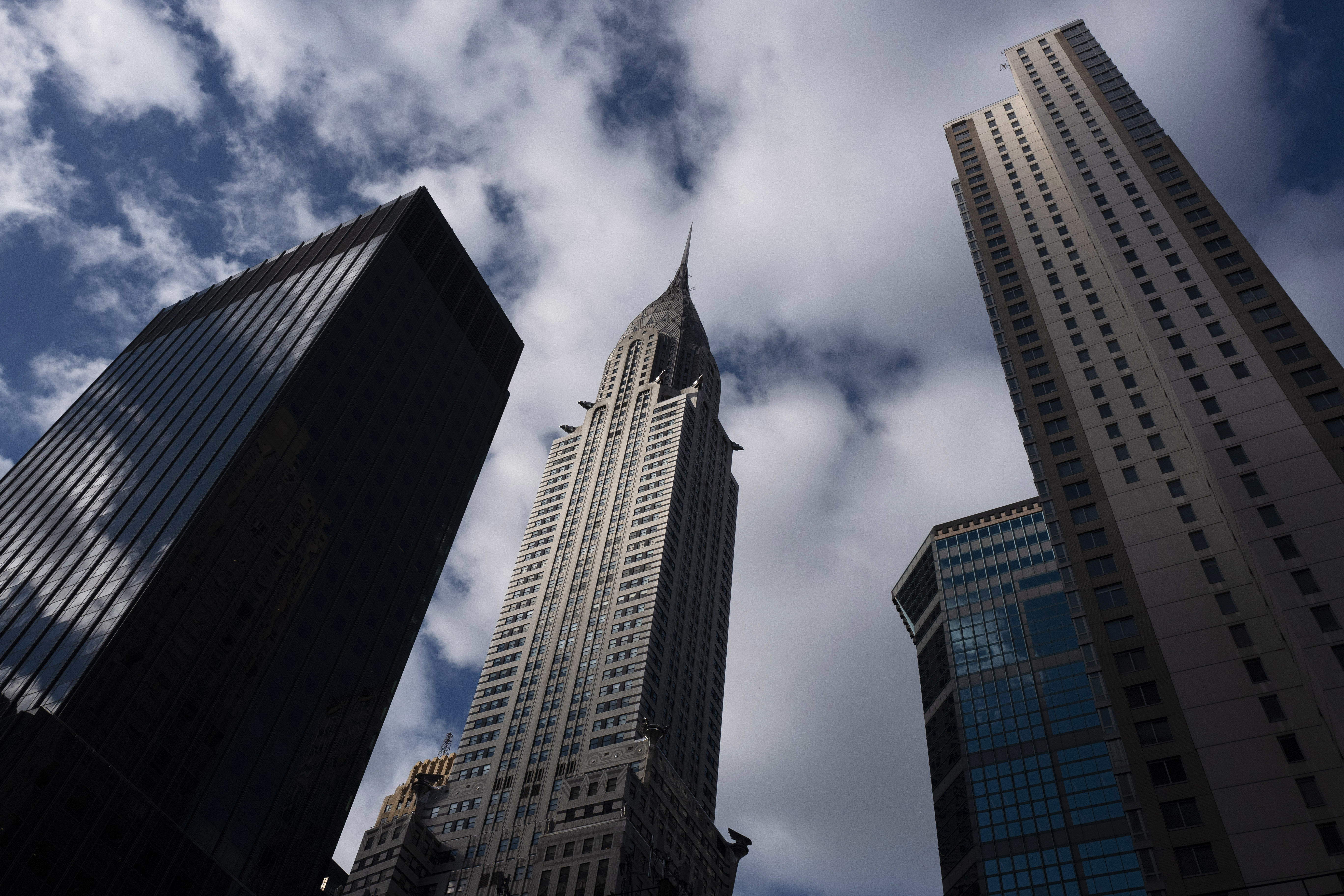 El Edificio Chrysler, centro, junto a otros rascacielos en el centro de Manhattan, el miércoles 9 de enero de 2019 en Nueva York. (AP Foto/Mark Lennihan)