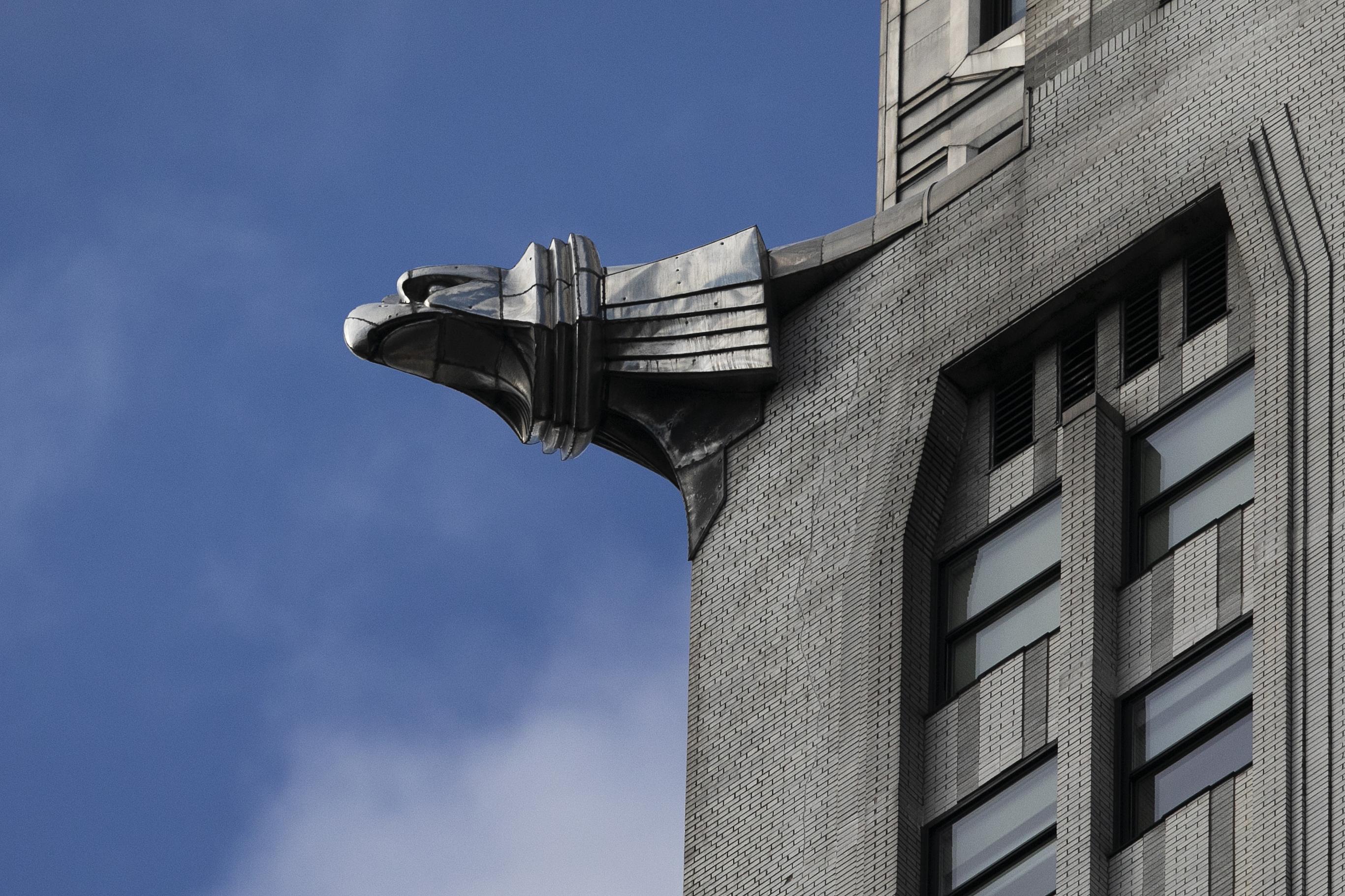 La escultura de un águila en el Edificio Chrysler el miércoles 9 de enero de 2019 en Nueva York. (AP Foto/Mark Lennihan)