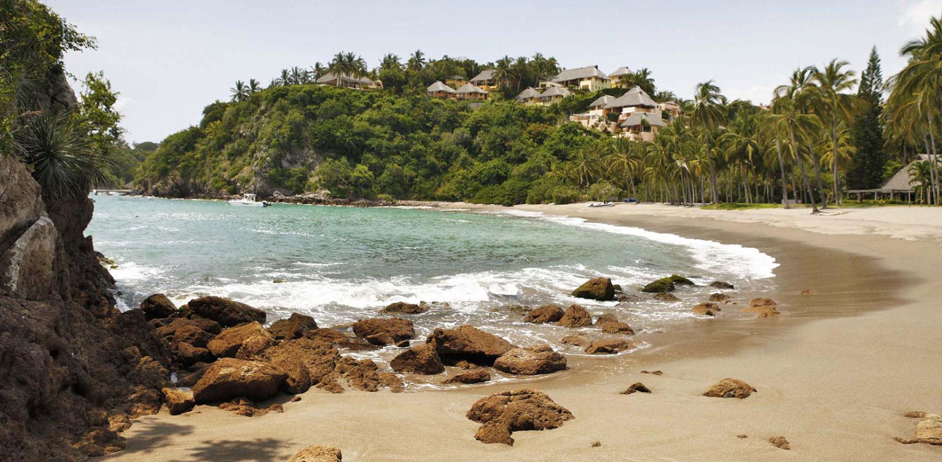 Se trata deuna serie de diferentes playas, cabos y bahías de todos los tamaños y extensiones distribuidas a lo largo del Océano Pacífico en la costa occidental del estado mexicano de Jalisco