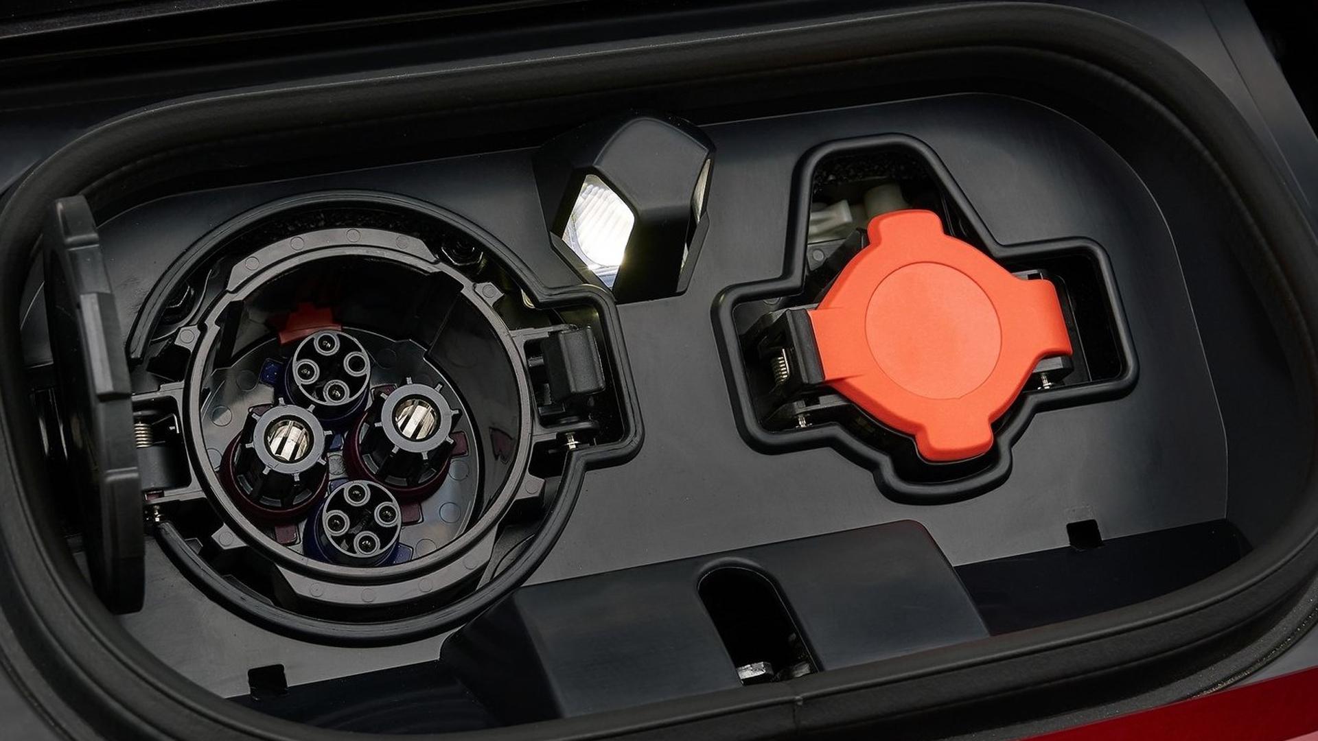 """Detalle del cargador de un auto eléctrico, para """"llenarle"""" las baterías. La mayoría lo hace de noche."""