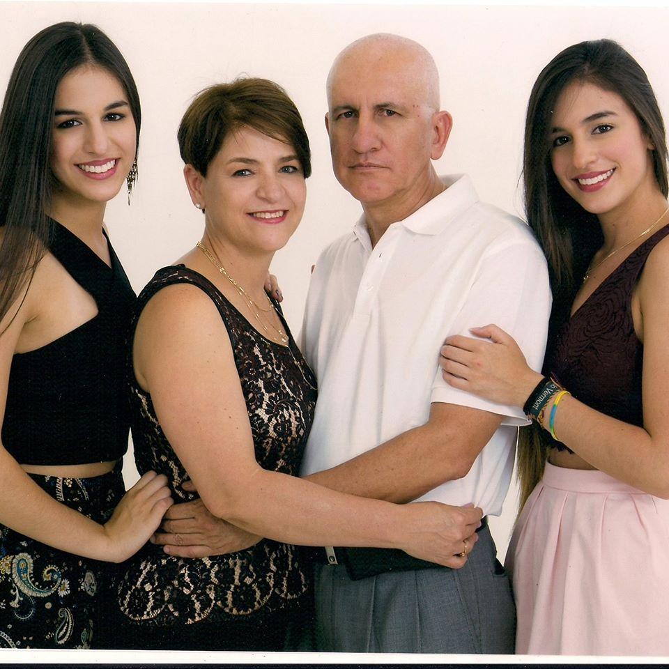 El ingeniero Carlos Mario Peña y su familia. Las gemelas Manuela y Juliana fueron bailarinas. Sus padres se conocieron en la Cruz Roja.