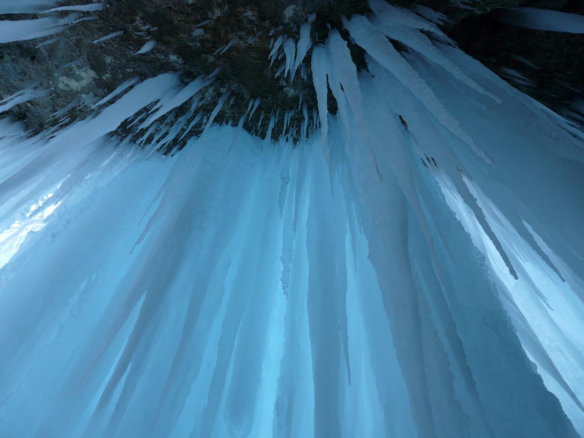 Las cuevas de hielo son uno de los fenómenos invernales más espectaculares de Ontario