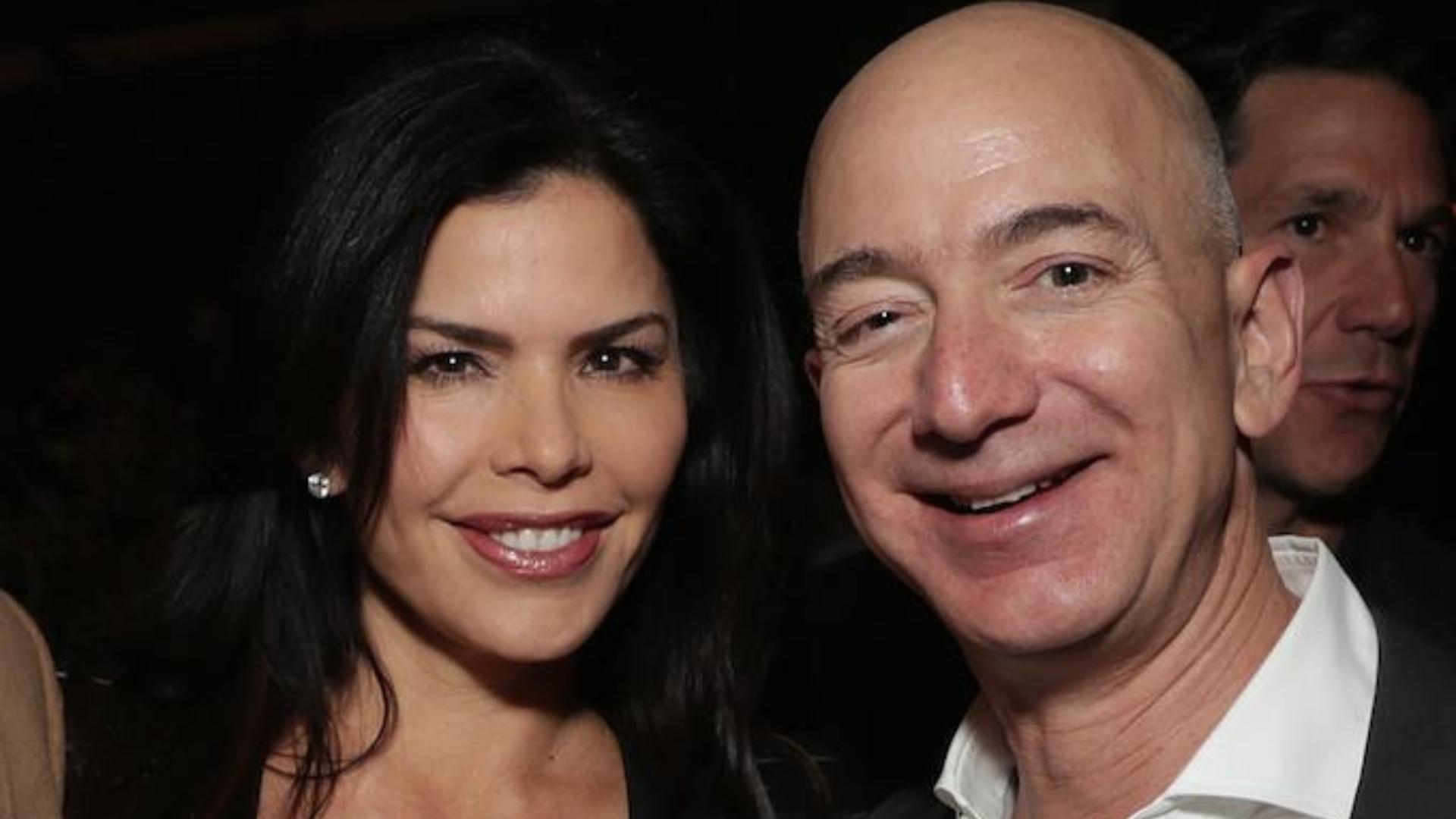 Jeff Bezos mantiene una relación romántica con la expresentadoraLauren Sanchez.
