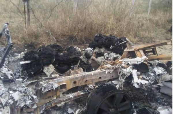 Uno de los cuerpos se encontró en un vehículo calcinado (Foto: publicada en el semanario Zeta)