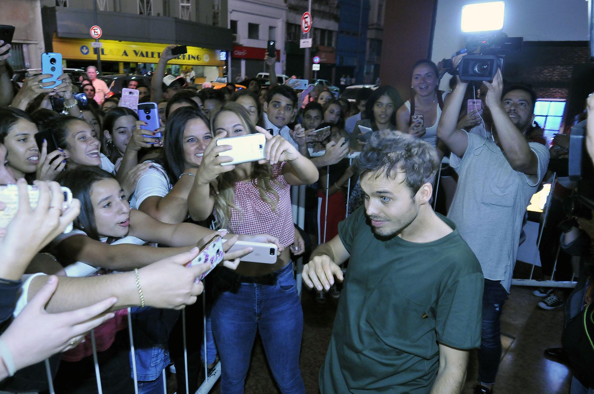 Al salir del teatro, los actores se sacaron fotos con el público