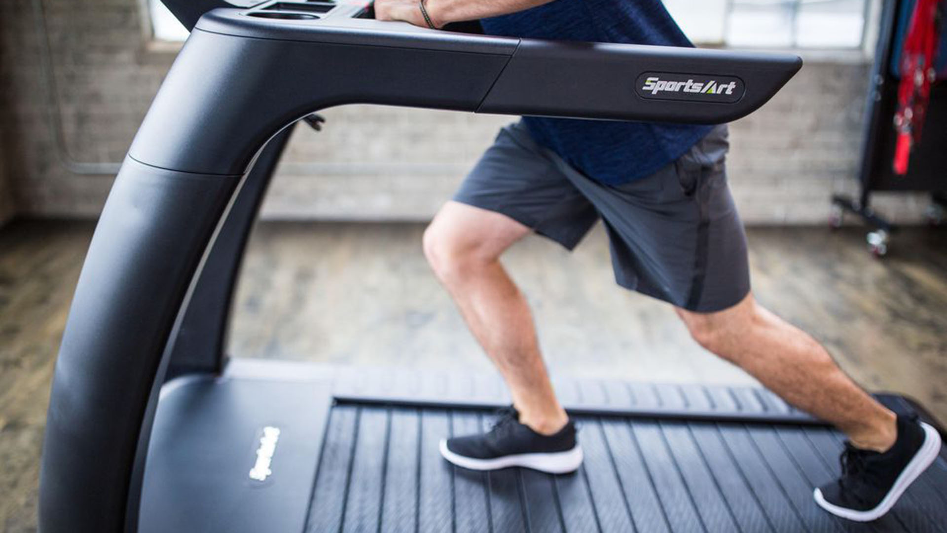 La cinta de correr Verde de SportsArt genera energía limpia mientras el usuario entrena.
