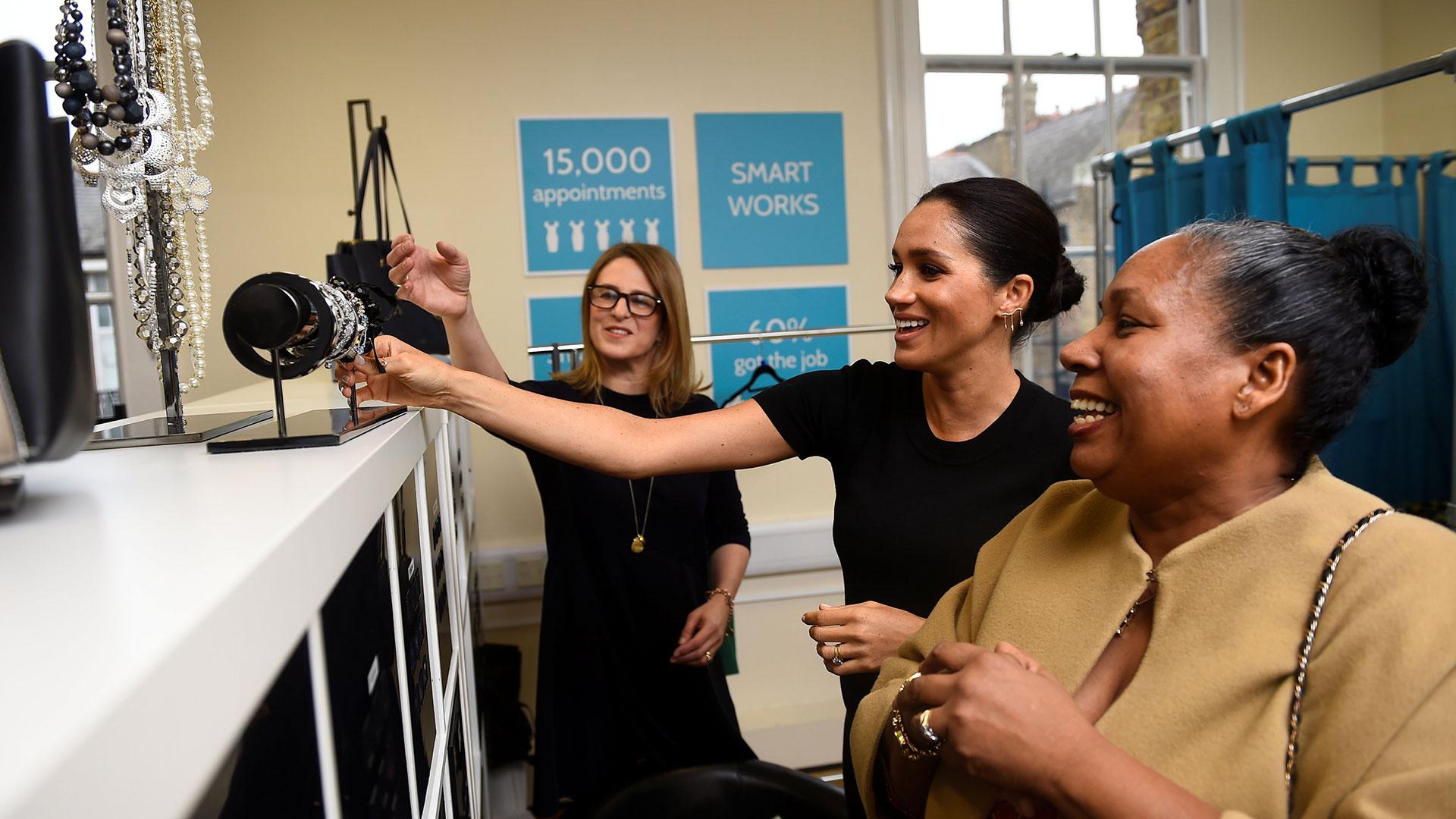 Meghan ayudó a Patsy Wardally a elegir el atuendo para una entrevista de trabajo (AFP)