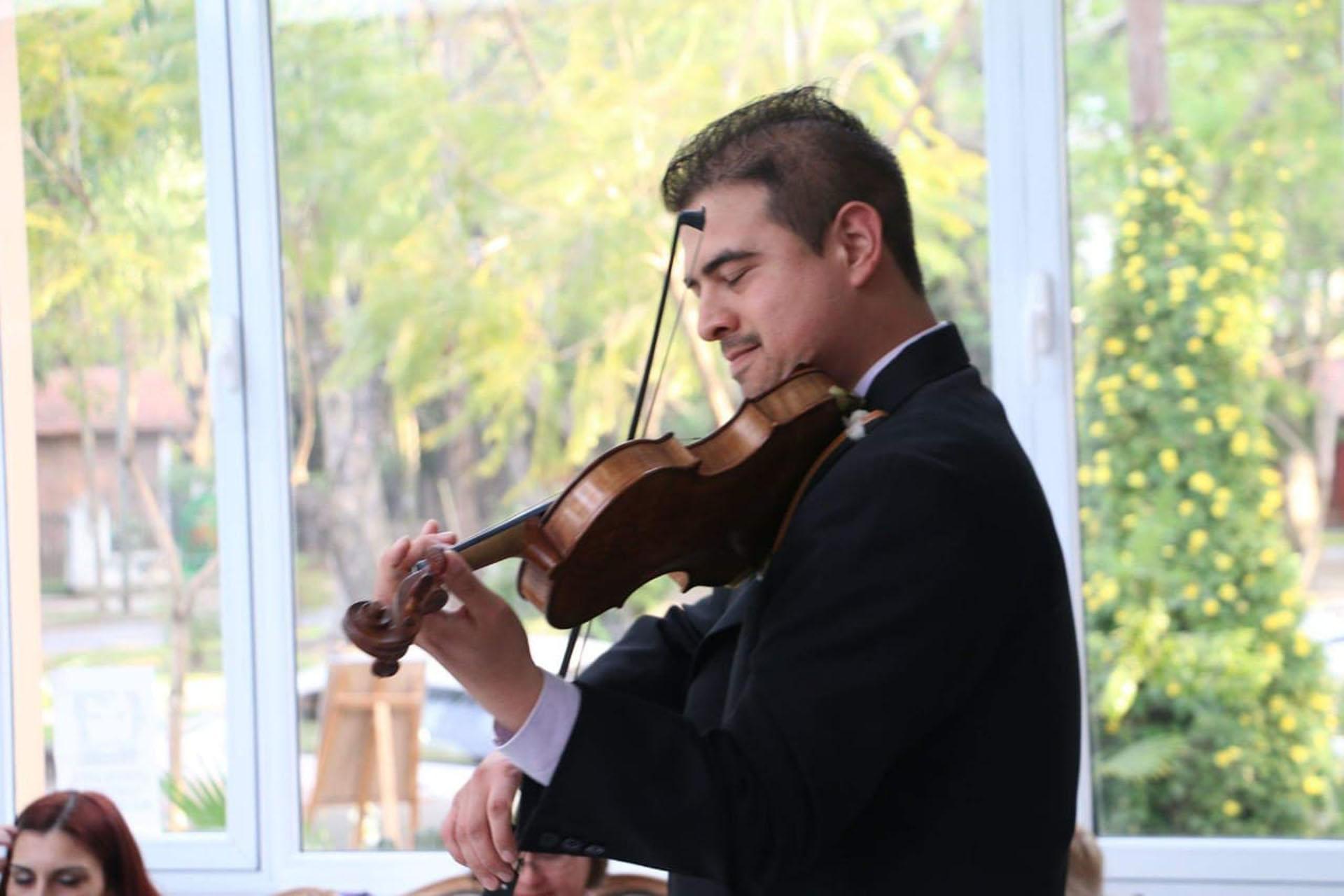 Iván Begur estudió violín desde los 17 en el Conservatorio Julián Aguirre