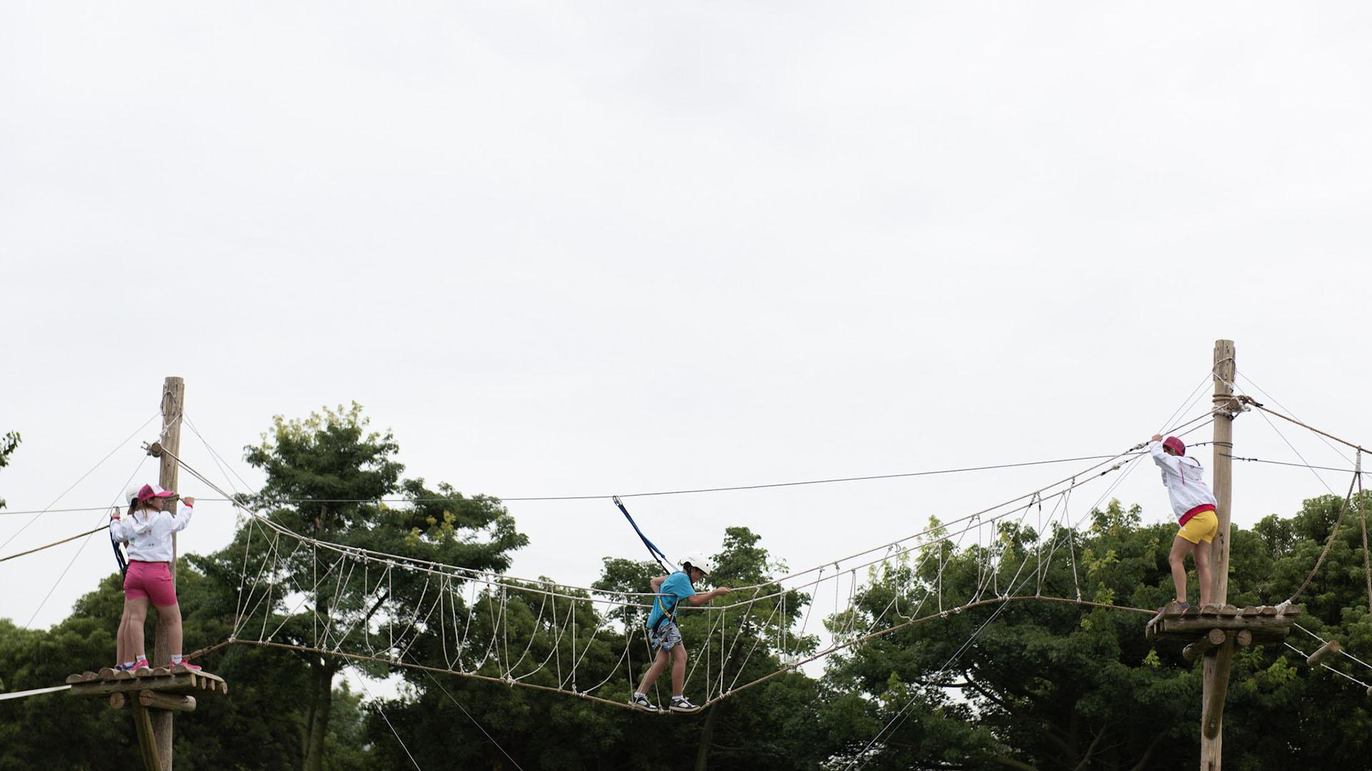 El Parque de los Niños cuenta un circuito de arborismo y tirolesa de 250 metros.