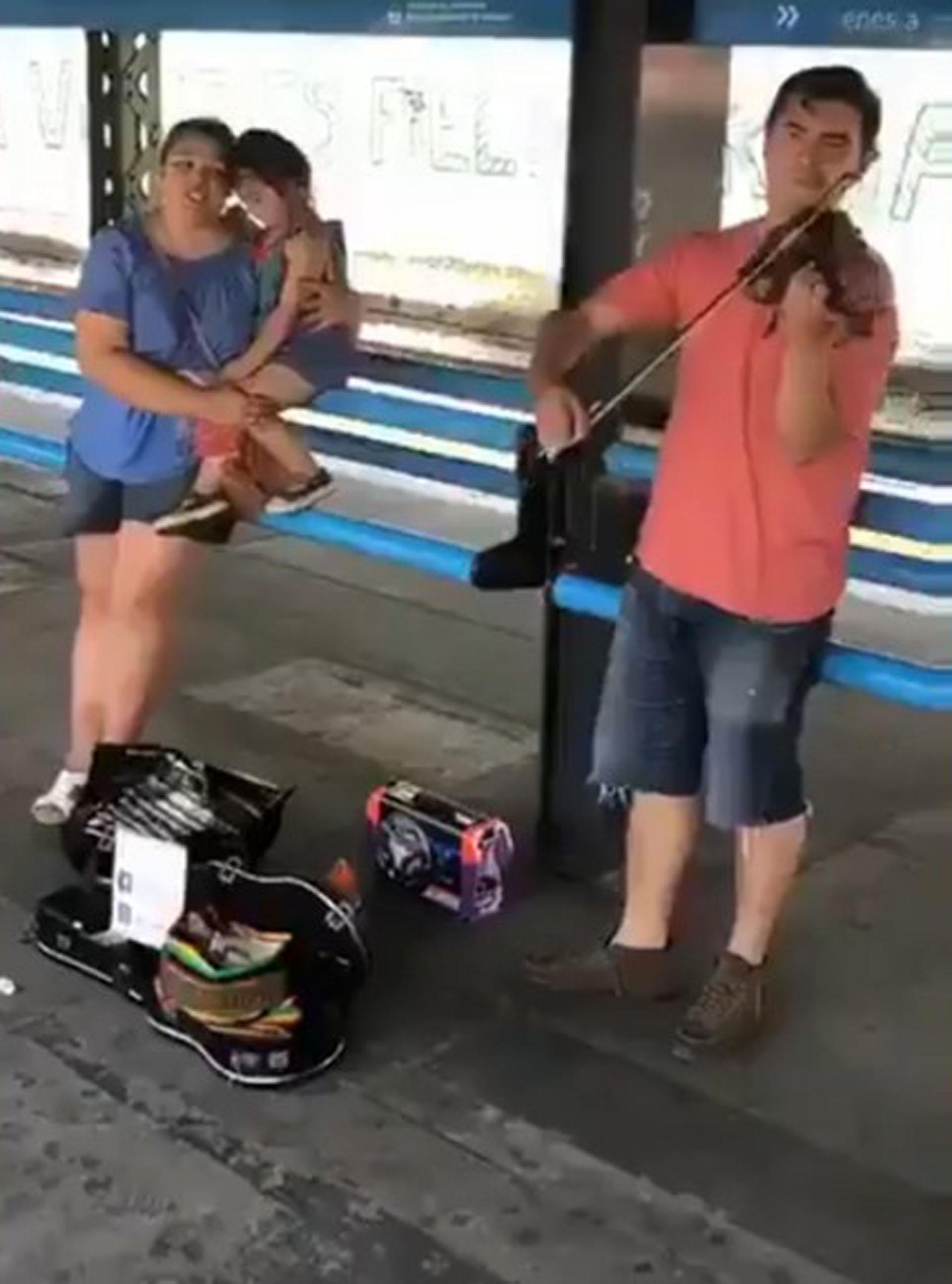 La imagen que se hizo viral: la familia interpretando una pieza de ópera en la estación de Lanús