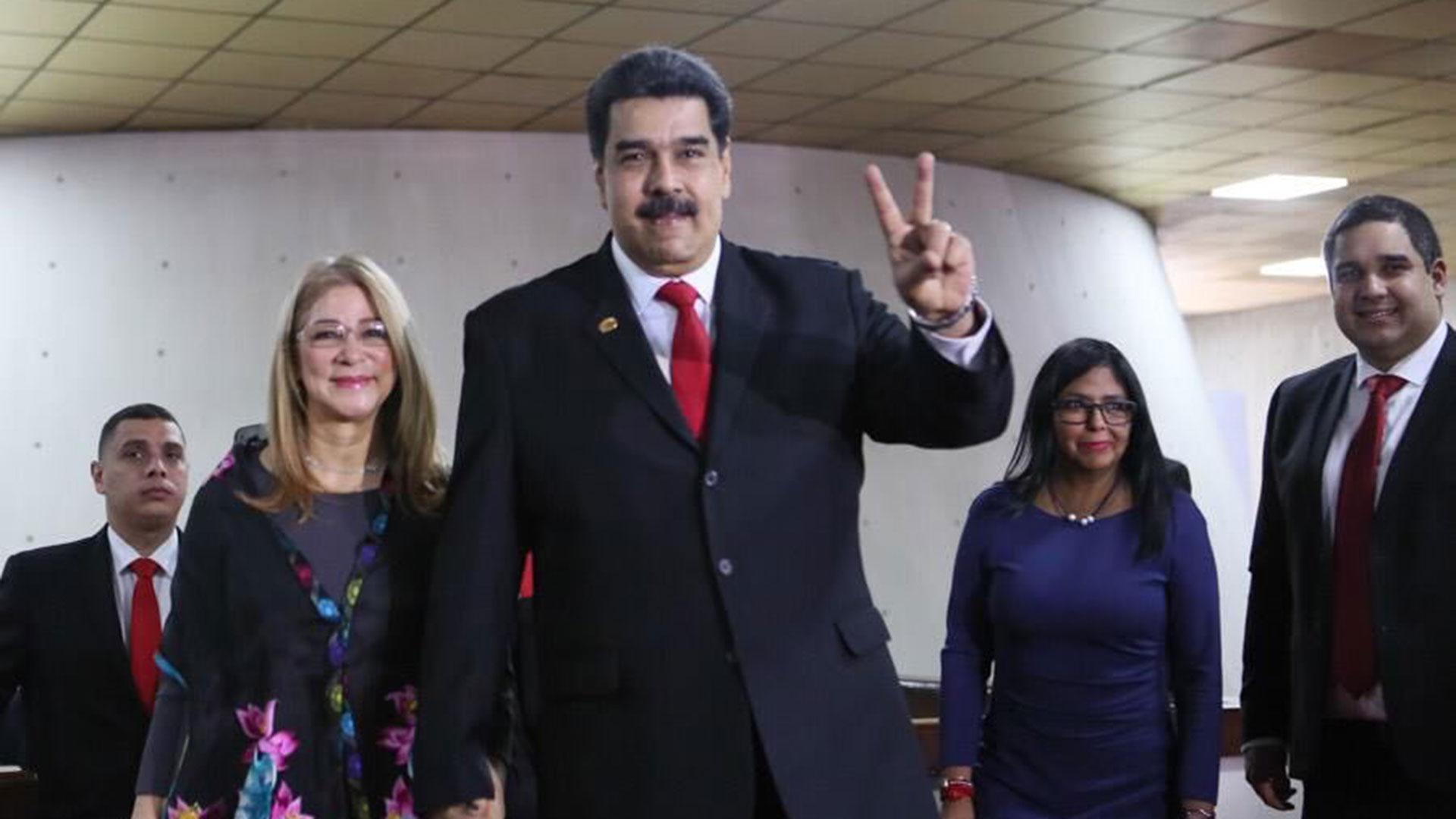 Nicolás Maduro y su esposa, Cilia Flores, antes de la jura en Caracas (@EmbaVen_Arg)