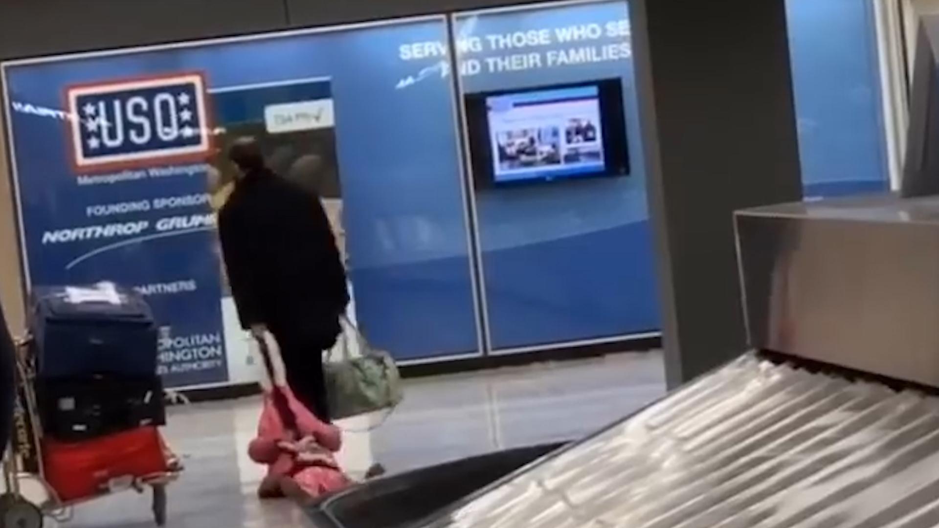 El hombre jaló a su hija por la gorra de chamarra sin que pusiera resistencia (Captura de pantalla)