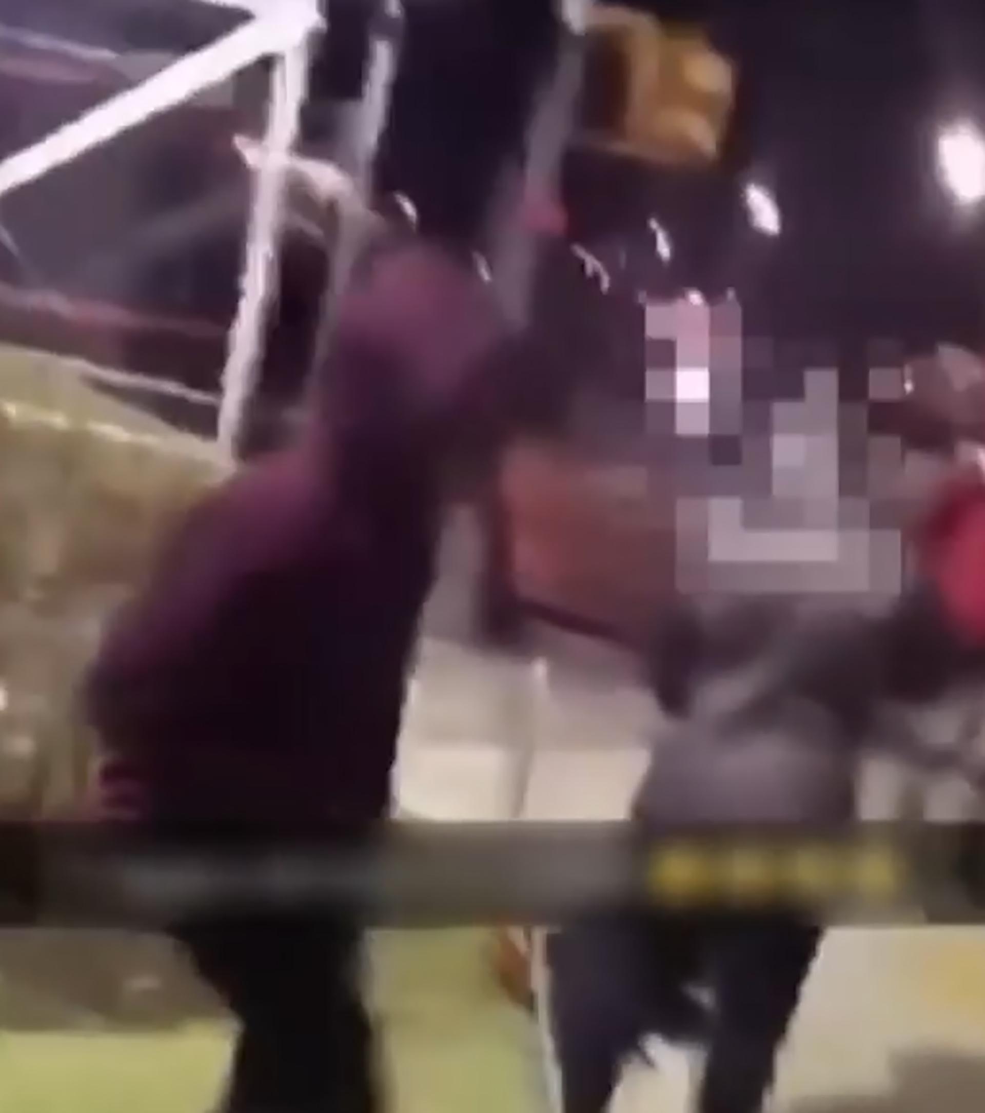 Otro adolescente la golpeó en la cabeza (Foto: Captura)