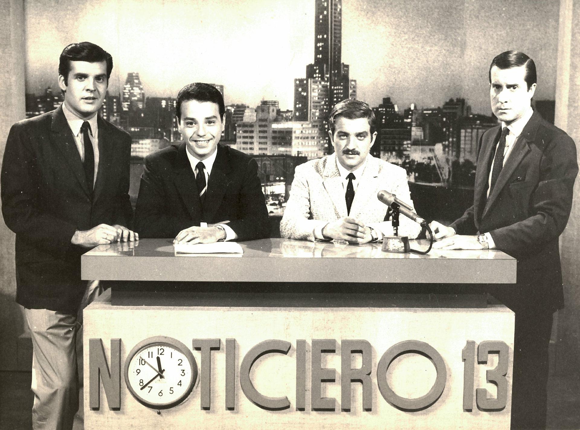 El estudio de Noticiero 13: Julio Ricardo, Horacio Galloso, Ricardo Arias y Juan Carlos Pérez Loizeau