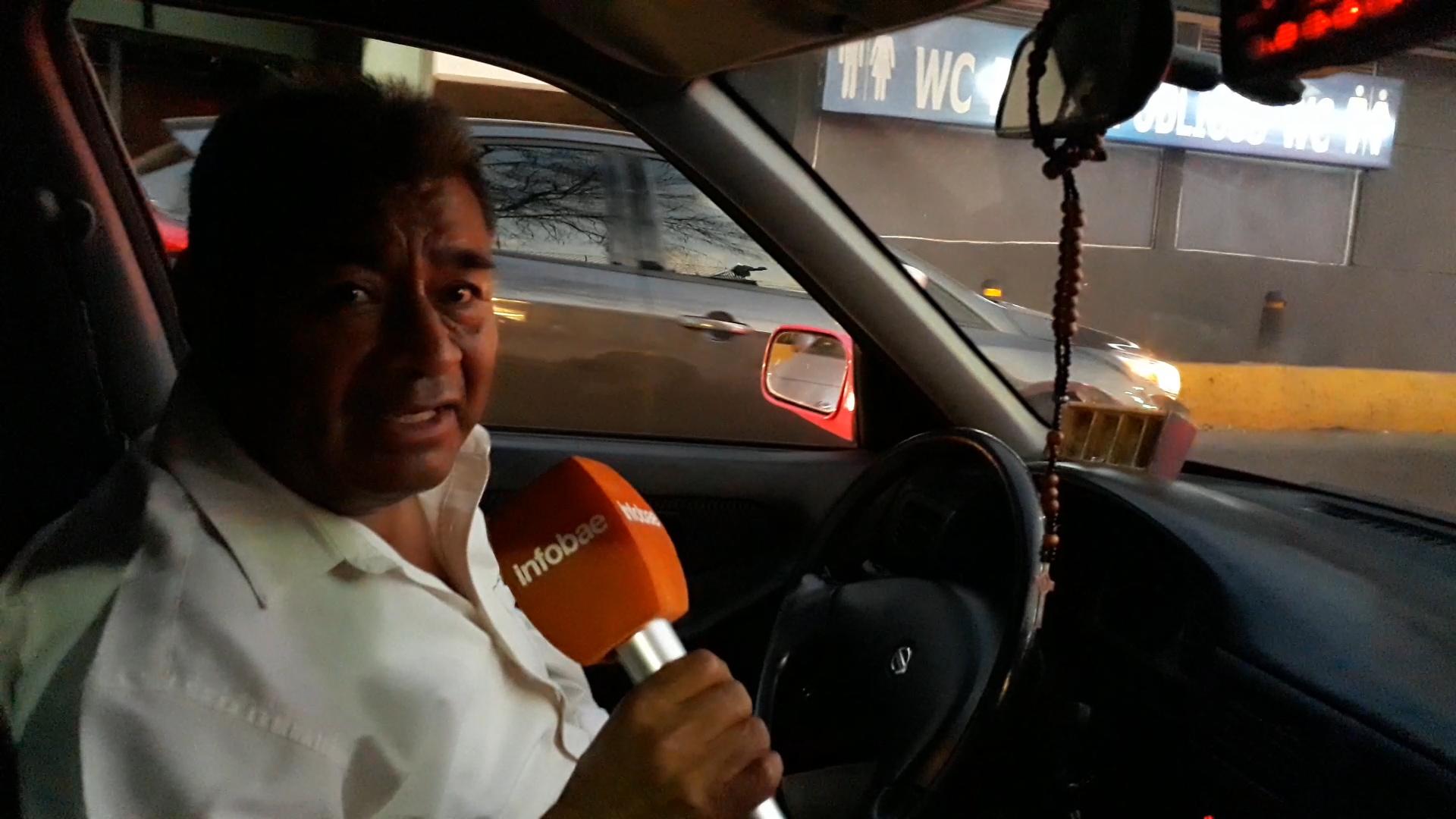 Gonzalo Hernández conductor de un taxi no ha podido trabajar por la falta de gasolina (Foto: Patricia Juárez/ INFOBAE MÉXICO)
