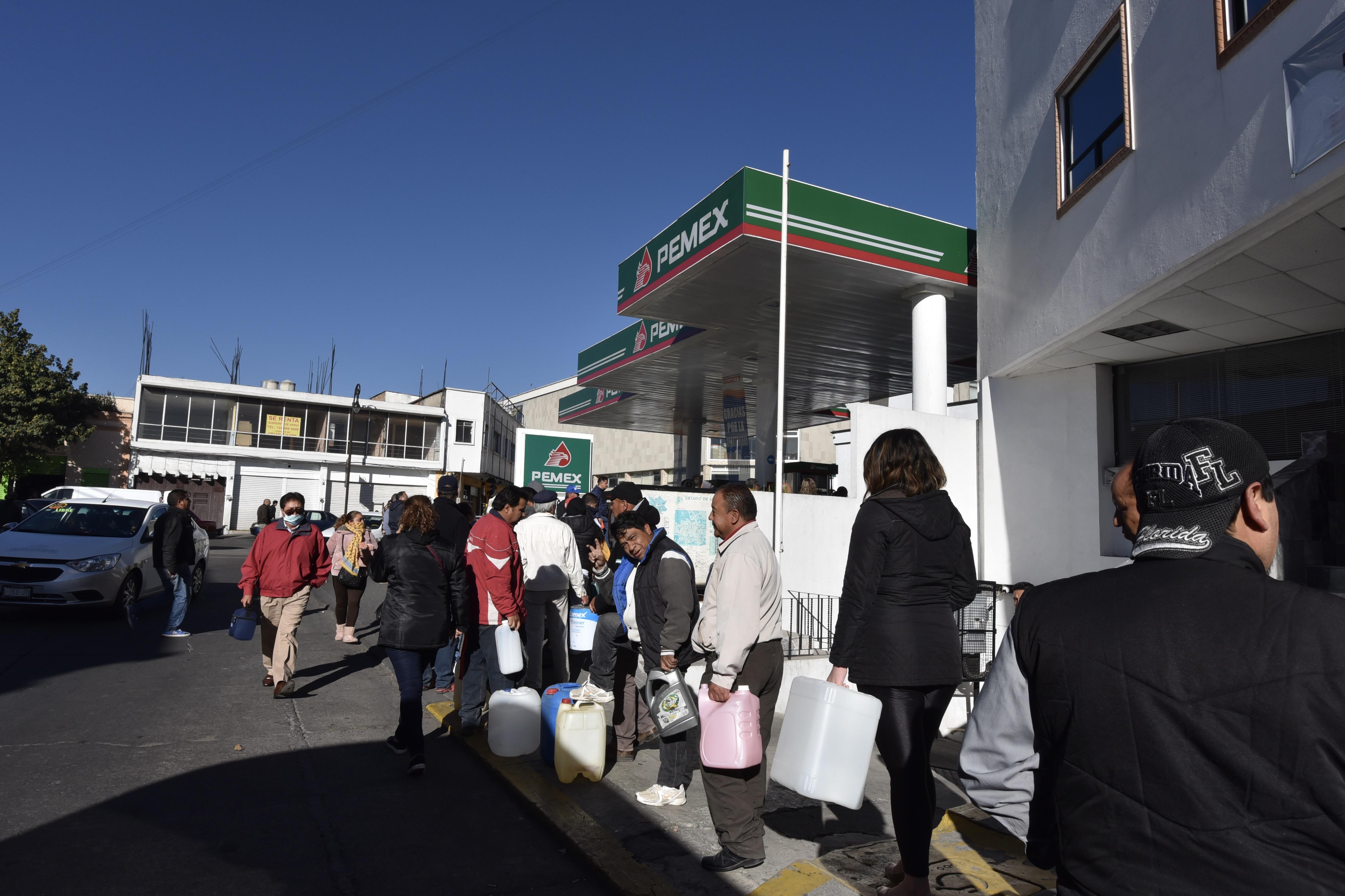 Sin importar el tiempo que tengan que esperar personas con garrafones y automovilistas se forman en las gasolineras en tiene combustible (Foto: Artemio Guerra Baz / CUARTOSCURO.COM)