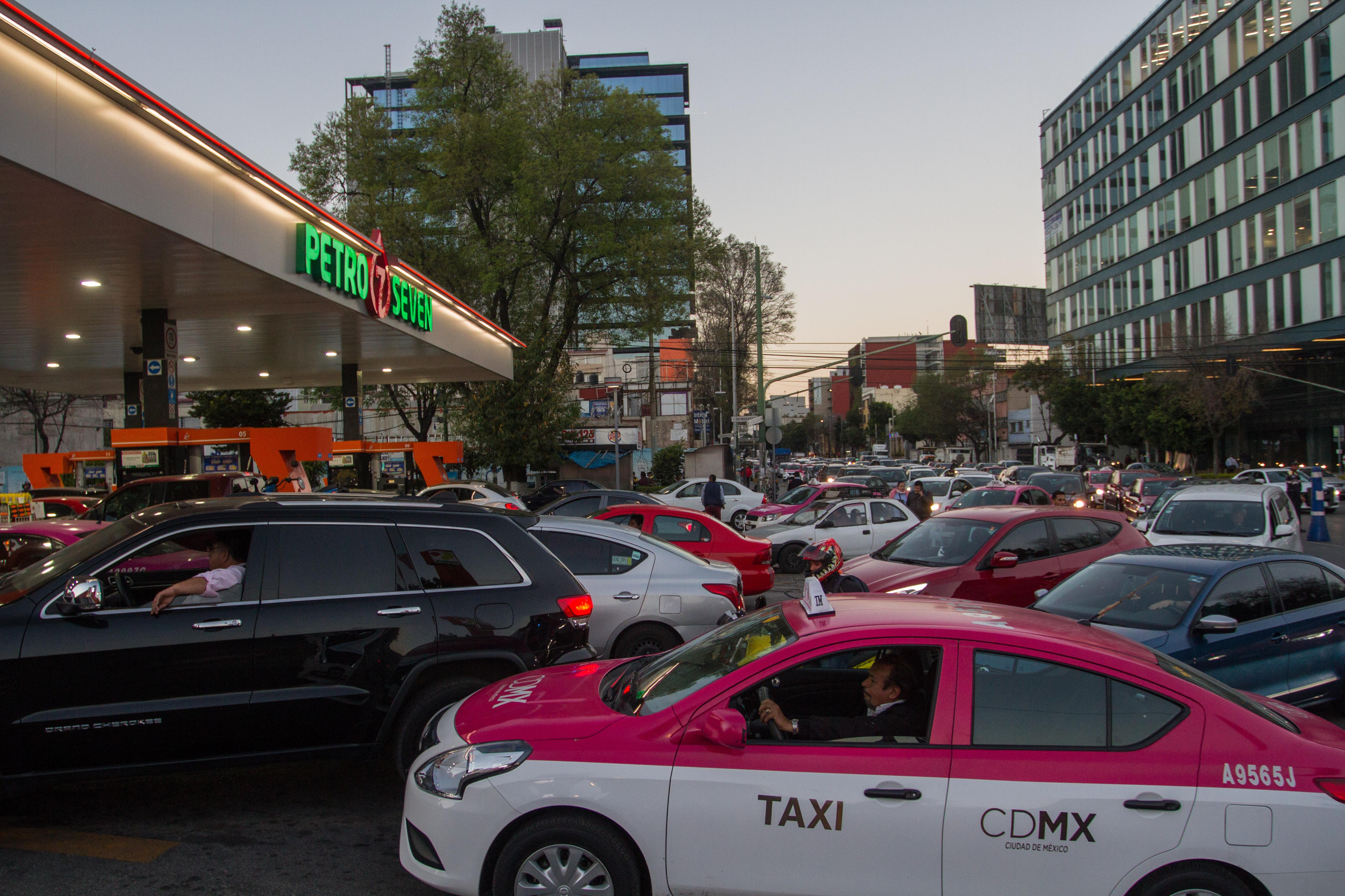 Largas filas en gasolineras para recargar combustible, ante el desabasto que existe en la ciudad (Foto: Isaac Esquivel /CUARTOSCURO.COM)