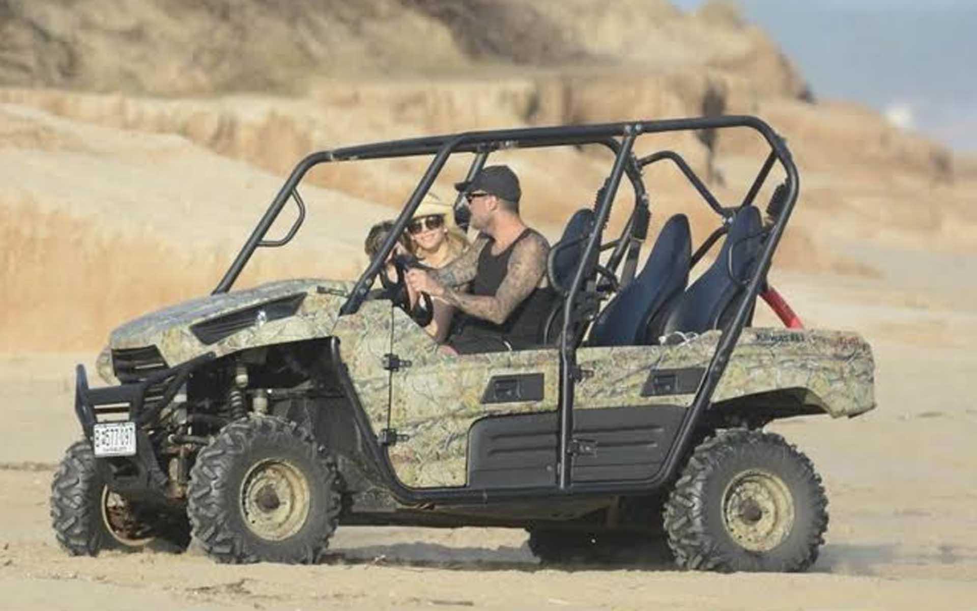 Marcelo Tinelli y Guillermina Valdés recorriendo las arenas en el buggy camuflado con lugar para cuatro pasajeros
