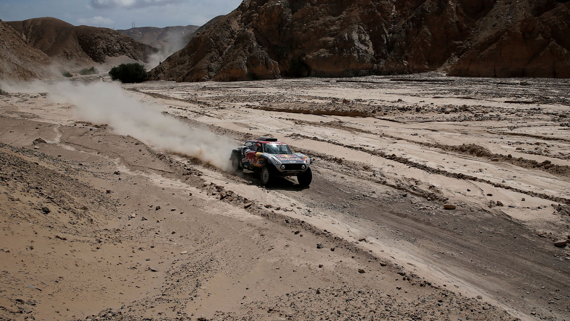 Al rodear la llamada Pampa de la Clemesí y dejar atrás el altiplano, los pilotos han tenido que vérselas con ese polvo fino tan indomable (REUTERS)