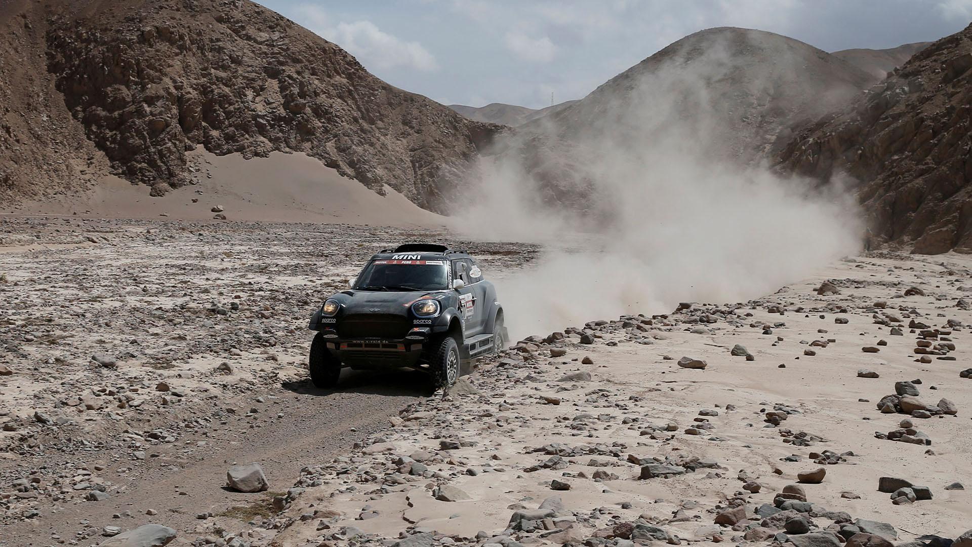 Nasser Al-Attiyah, en autos, y Ricky Brabec, en motos, dominaron el jueves la cuarta etapa del Rally Dakar para asumir el liderato de sus respectivas categorías en Perú (REUTERS)