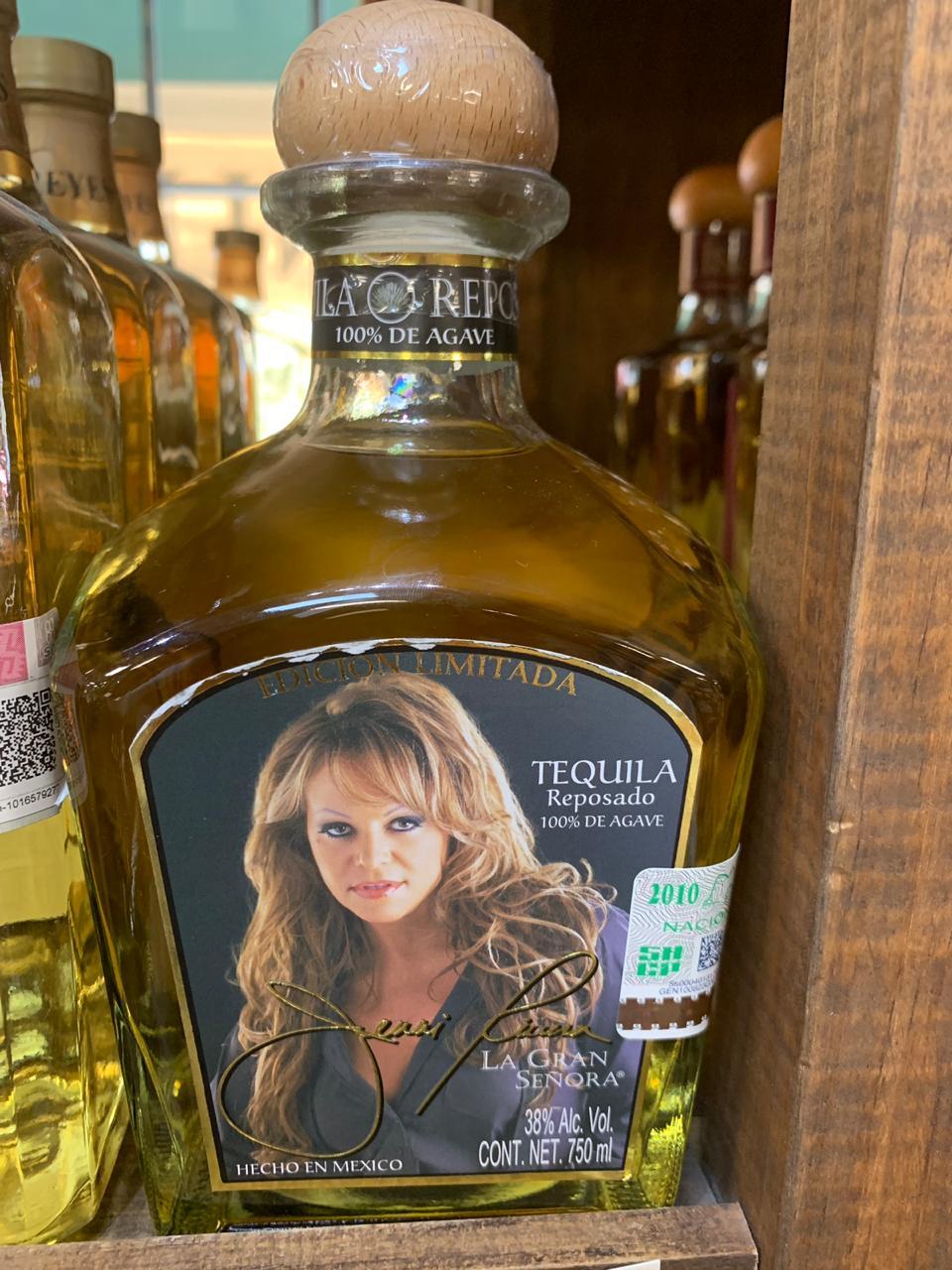 Es común encontrar botellas de tequila de artistas (Foto: Cortesía de Nuestros Dulces)