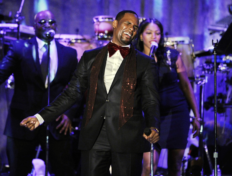 R. Kelly canta en una gala previa al Grammy de Clive Davis (AP Foto/Mark J. Terrill, Archivo)