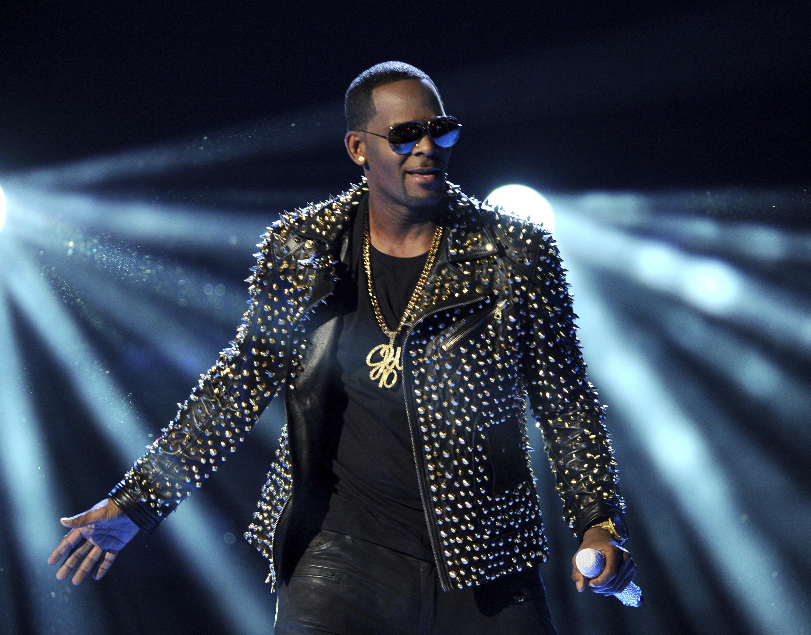 2013, R. Kelly canta en la ceremonia de los Premios BET en Los Angeles. (Foto por Frank Micelotta/Invision/AP, Archivo)