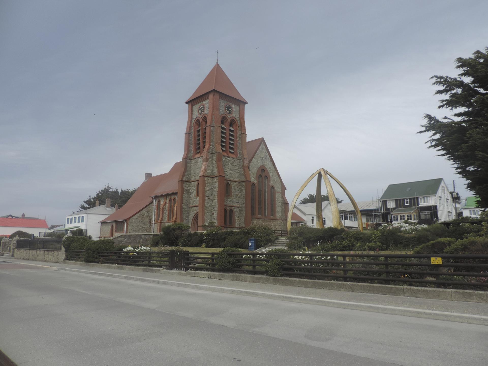La iglesia, el centro, los jardines sorprendentemente floríferos, las costa a un lado… la caminata es una recorrida que se vuelve tradición