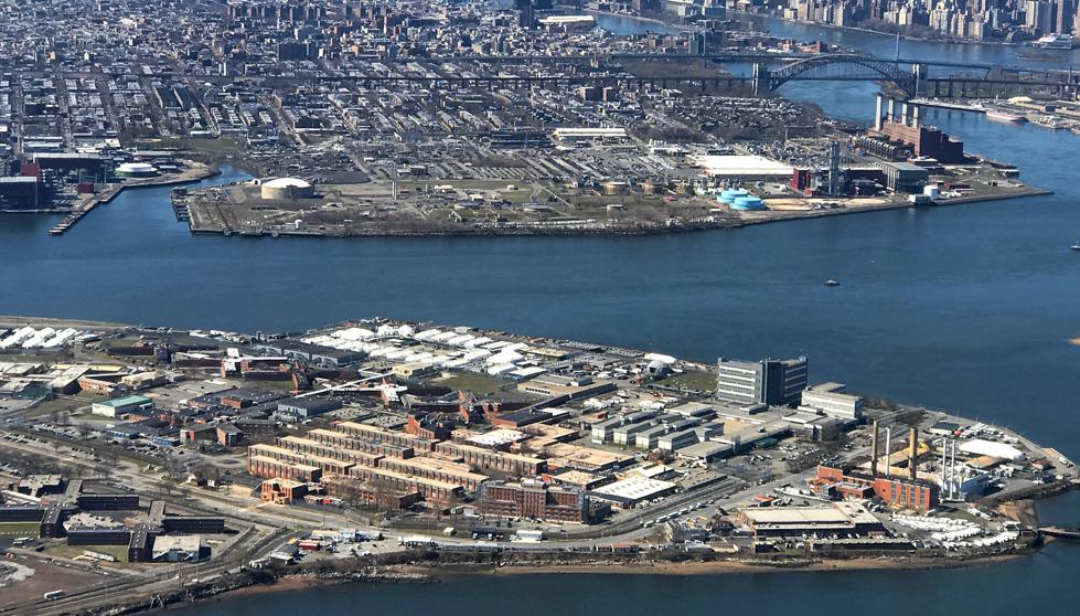 La prisión de Rikers Island se levanta desde 1932 entre Queens y el Bronx (Mike Segar / Reuters)