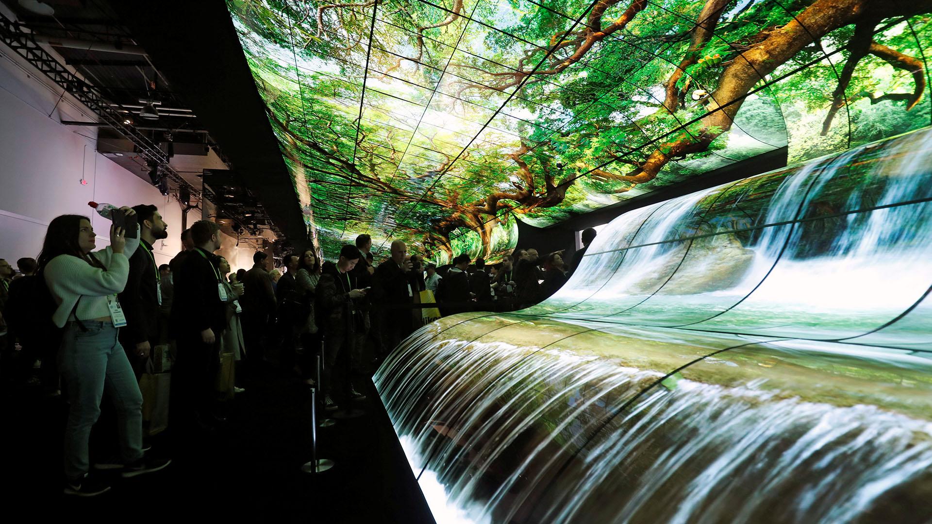 La cascada hecha con 260 pantallas curvas OLED que se vio en el stand de LG (REUTERS/Steve Marcus)
