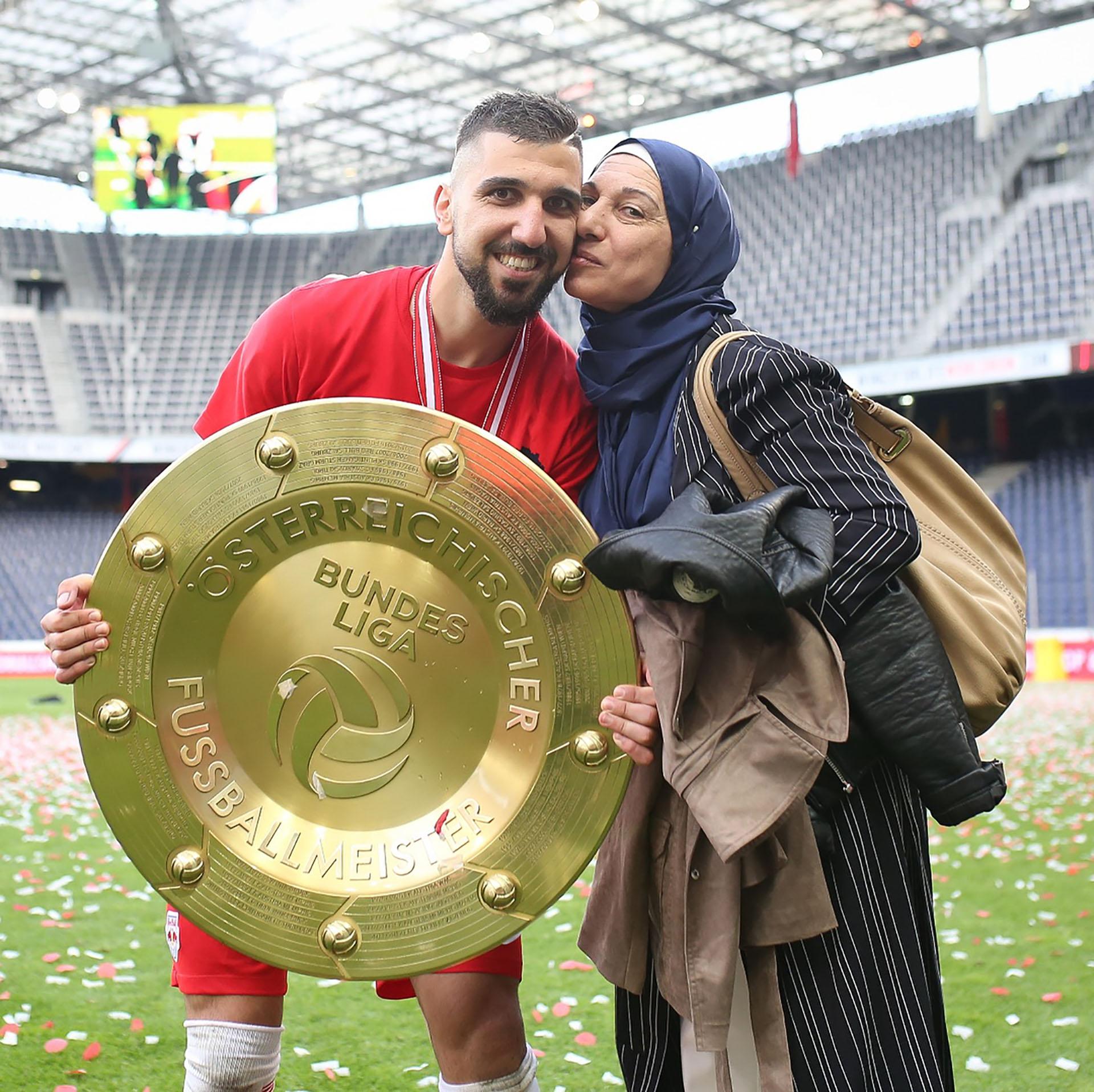 Moanes Dabur junto a su madre, tras salir campeón de la liga austríaca (@moanesdabbur)