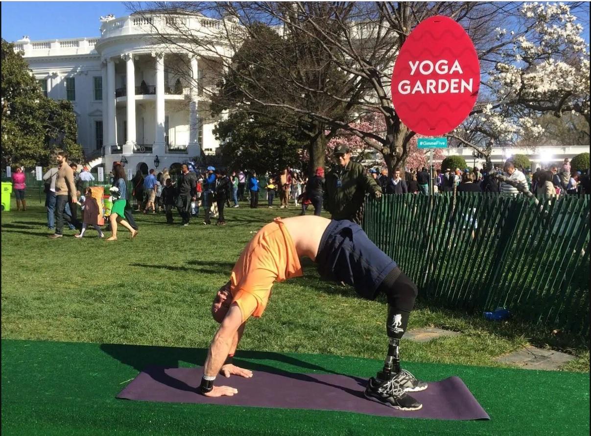 Dan Nevins practica yoga en la festividad de huevos de Pascua en la Casa Blanca en 2015 Foto: (Proyecto Guerrero herido)