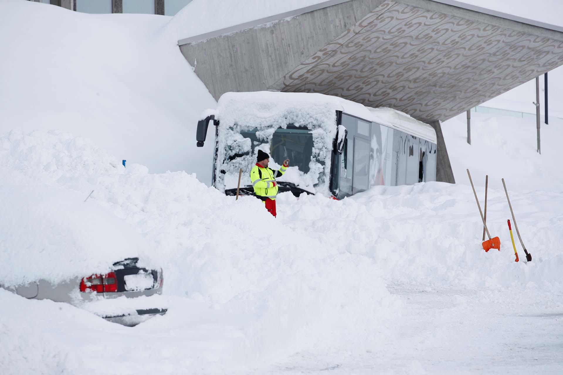 Un rescatista toma una fotografía frente a la nieve después de una avalancha en Suiza (REUTERS/Arnd Wiegmann)