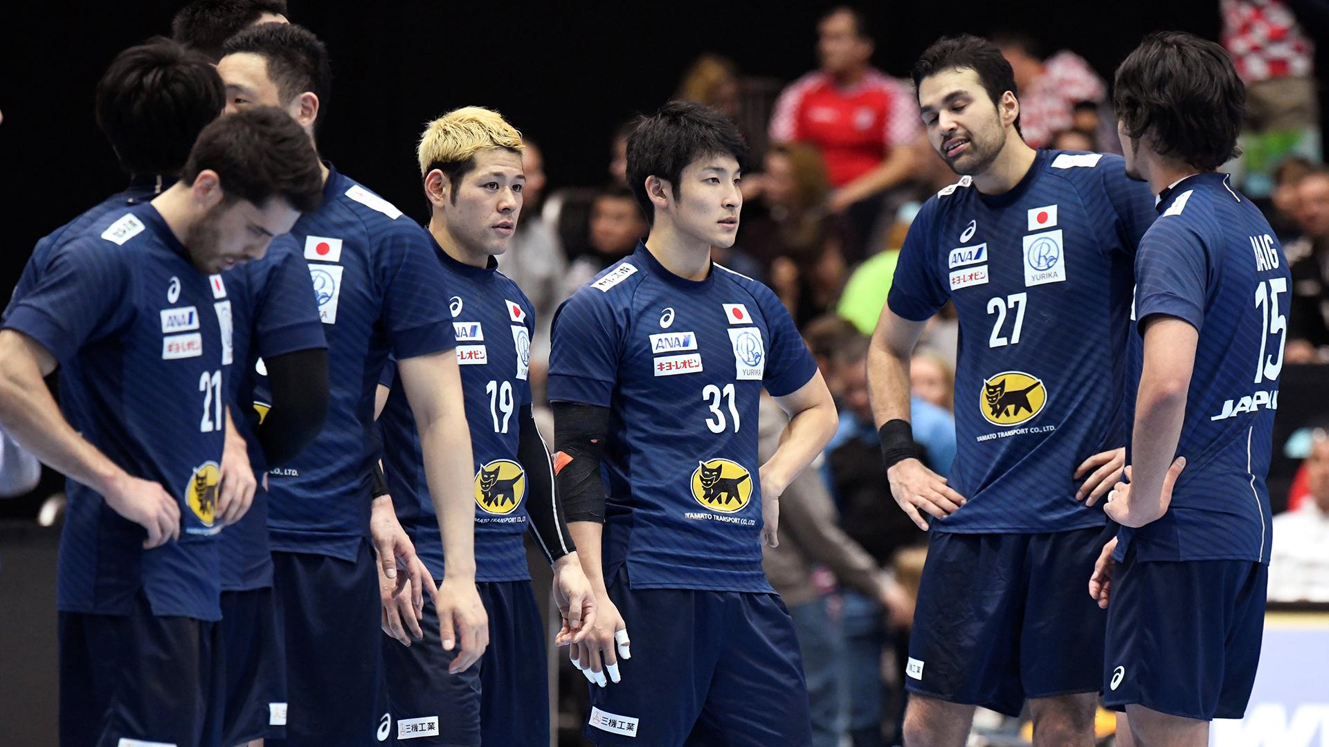 La decepción del debut de los jugadores japoneses luego de la derrota ante Macedonia por 38 a 29 (REUTERS)