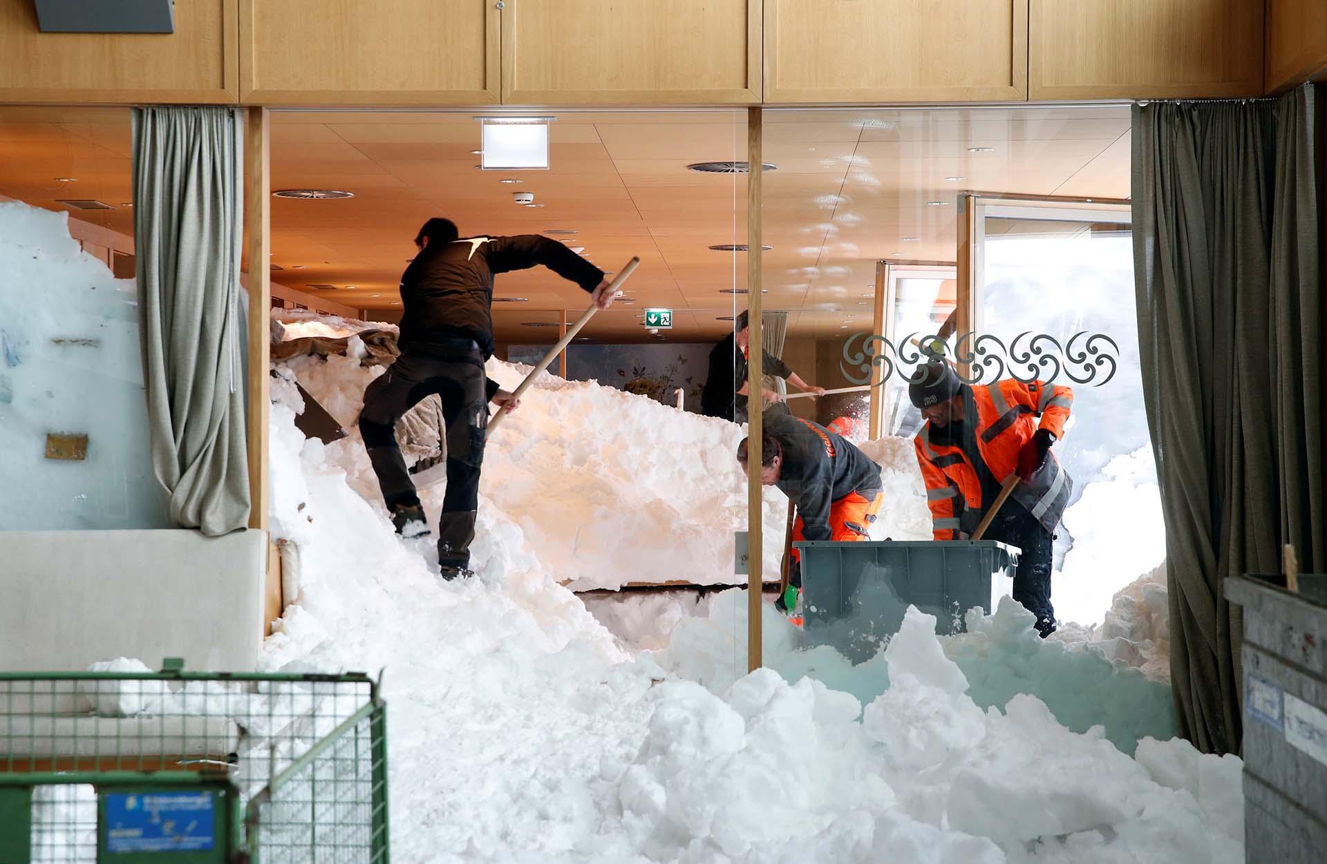 Trabajadores sacan nieva de dentro de un restaurante en Suiza (REUTERS/Arnd Wiegmann TPX)
