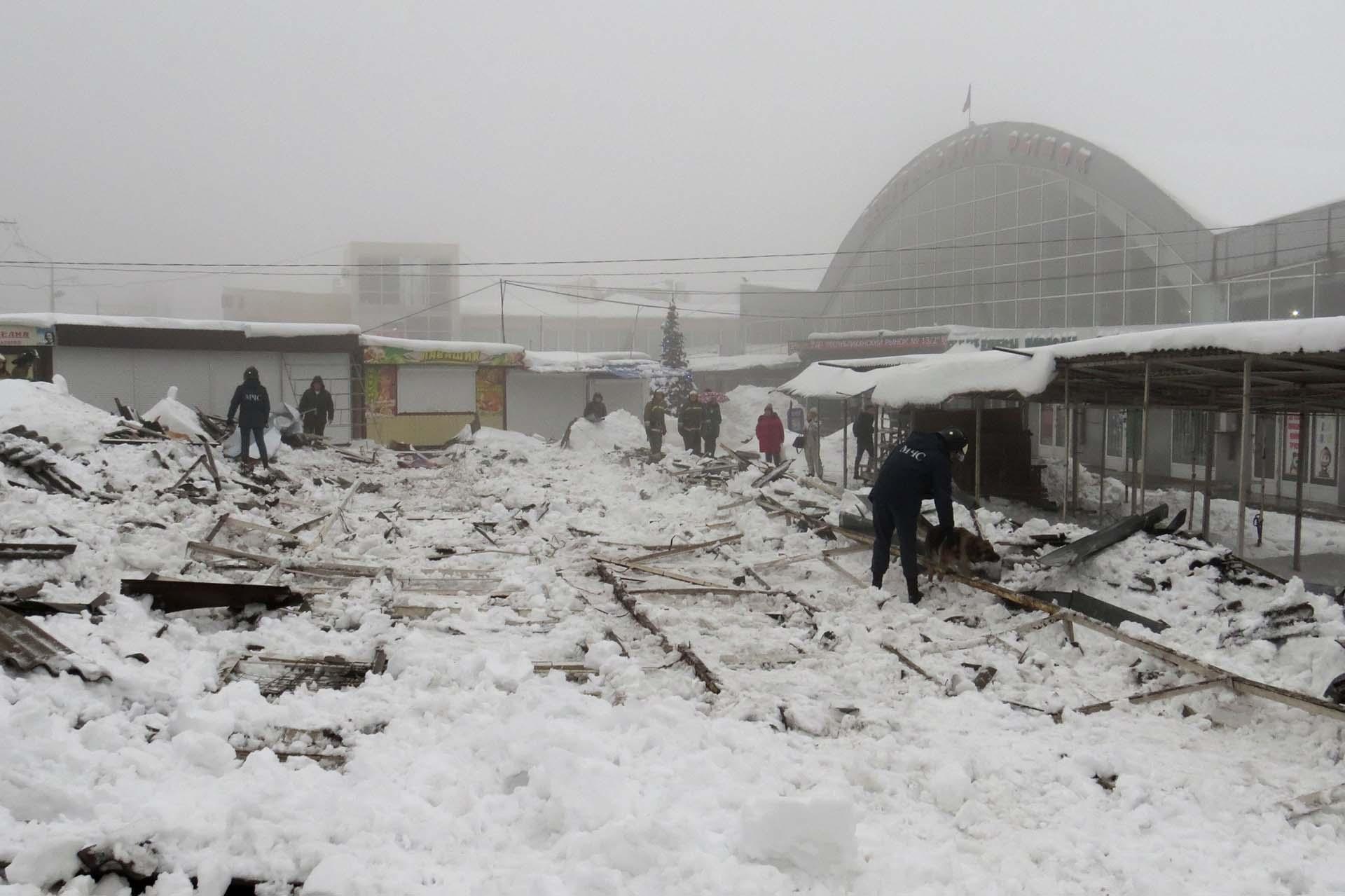 Rescatistas trabajan en una zona derrumbada de un centro comercial en las afuera de Donetsk, Ucrania (REUTERS/Sergiy Kirichenko)