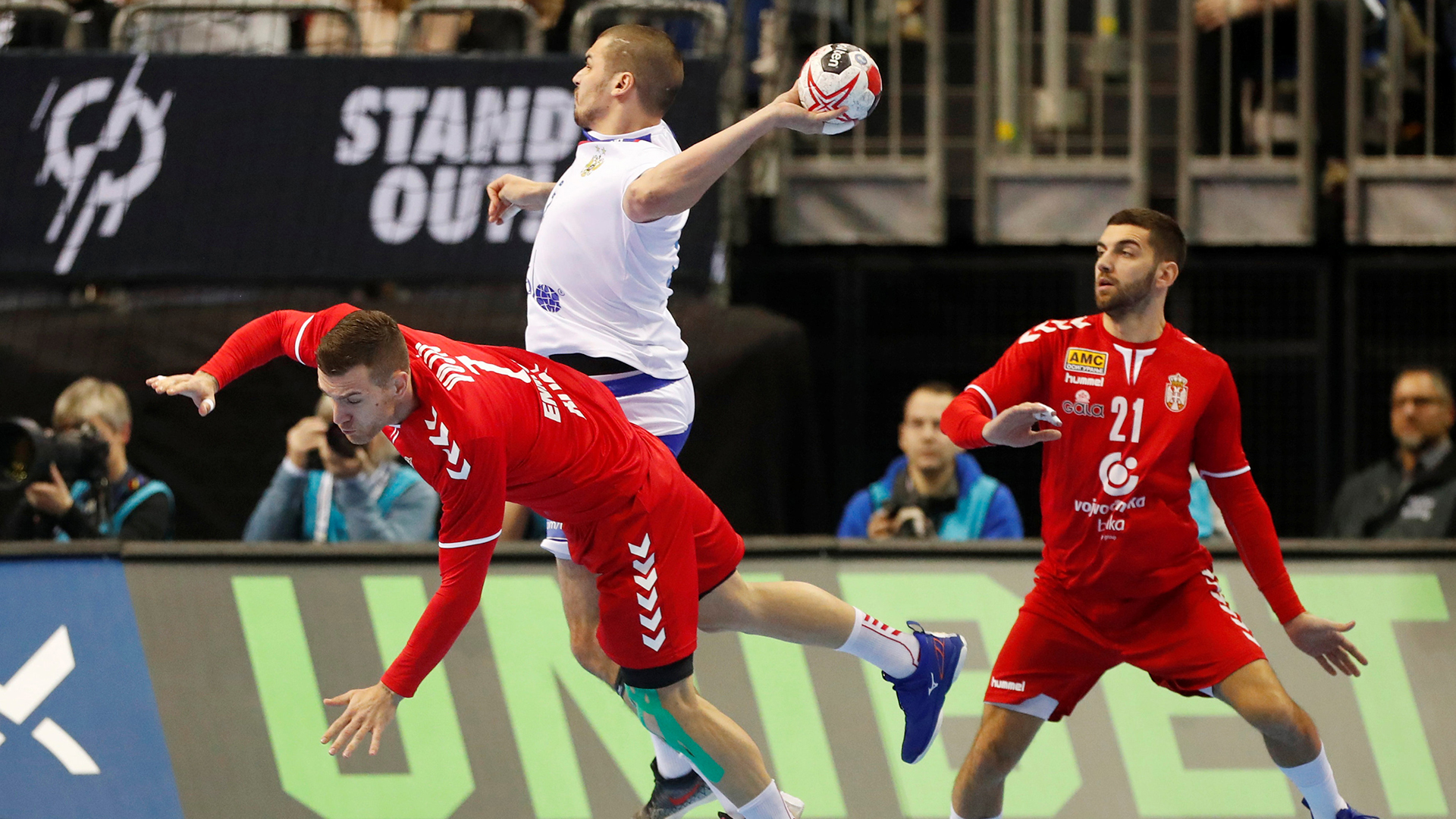 El empate 30 a 30 entre rusos y serbios favoreció a Alemania, que lidera el Grupo A después de vencer a Corea 30 a 19 (REUTERS)