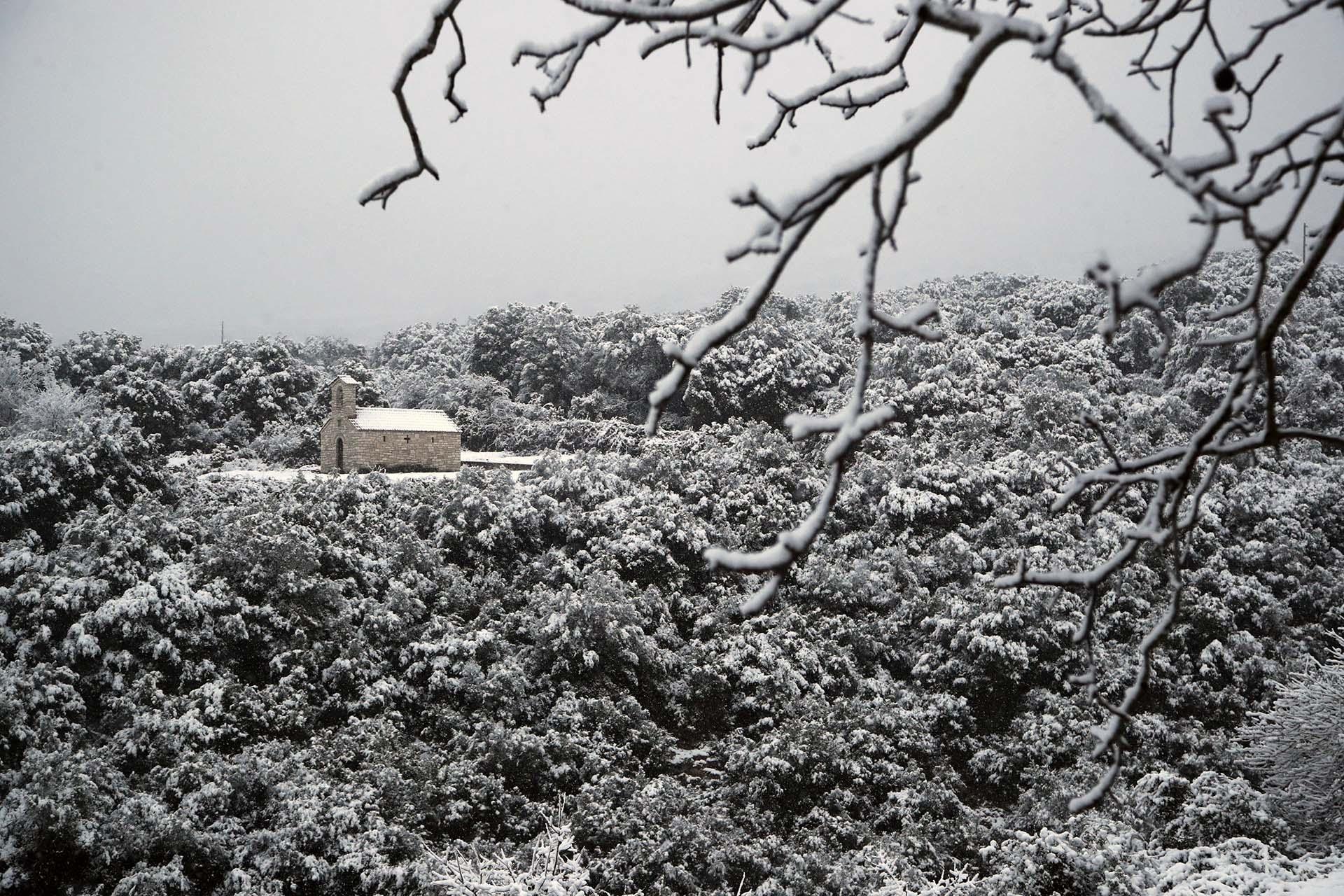 La nieve cubre una pequeña iglesia ortodoxa en grecia (AP Photo/Thanassis Stavrakis)