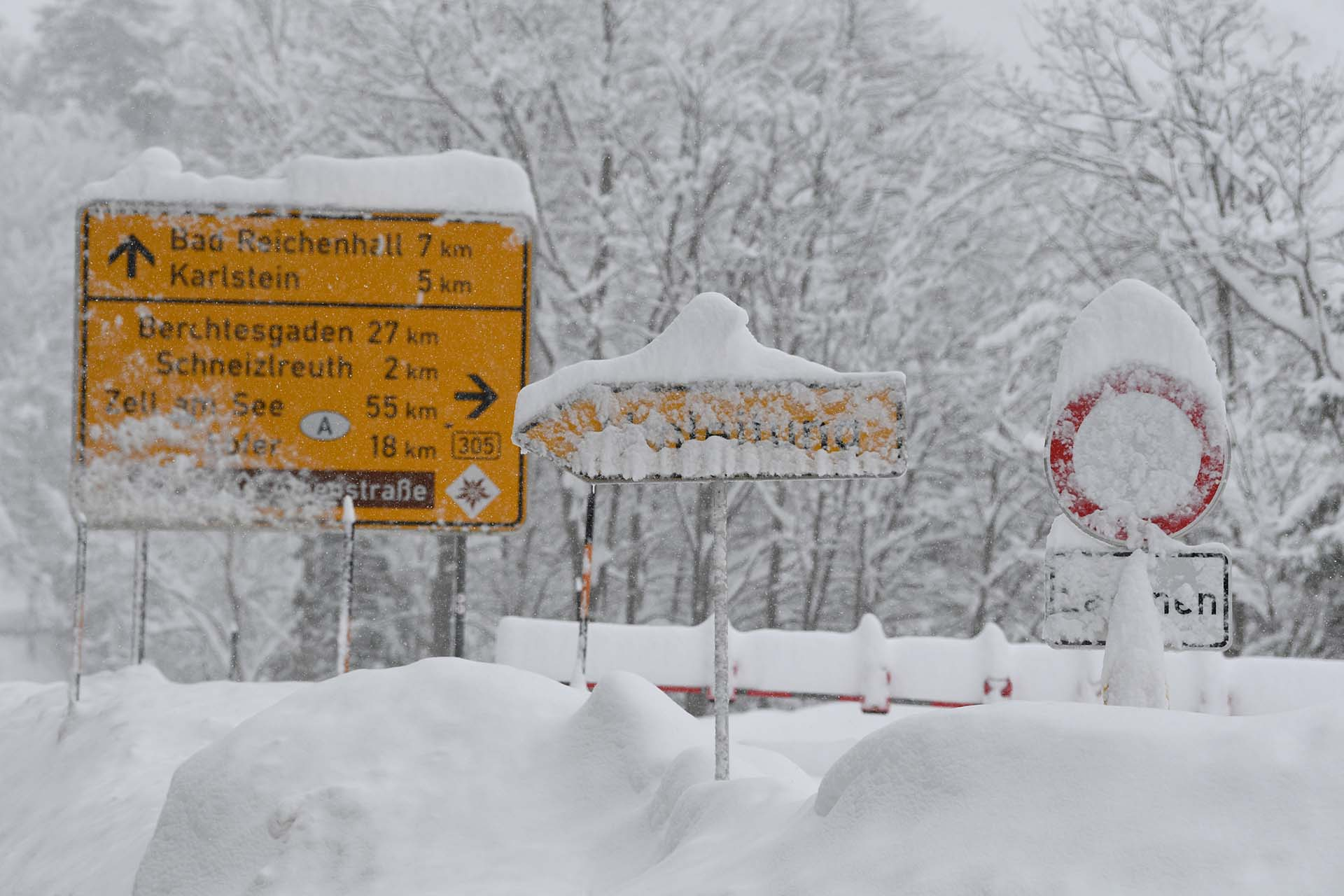 Una carretera cerrada debido a las avalanchas de nieve en Insel, Alemania (REUTERS/Andreas Gebert)