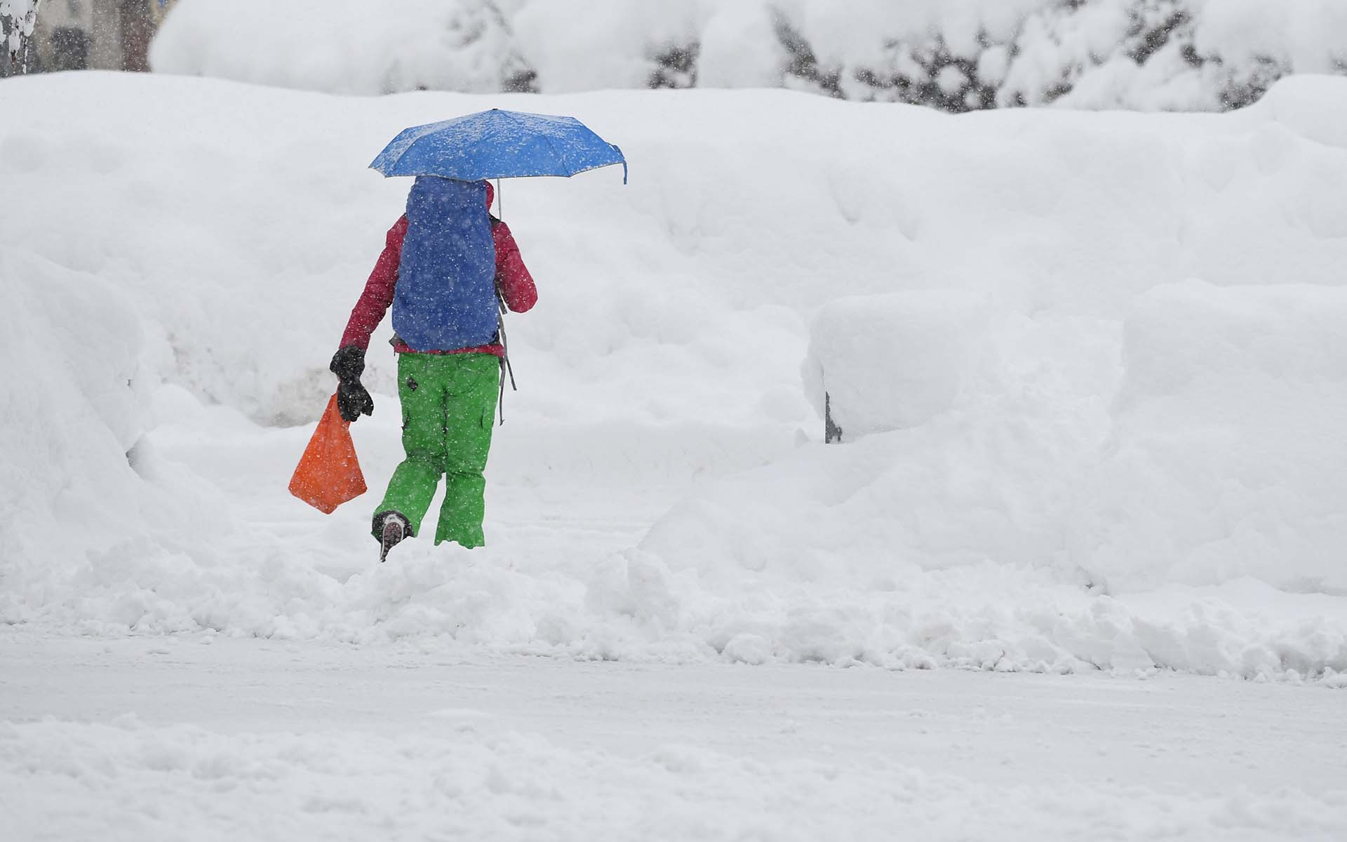 Una mujer camina por la nieve en A woman walks through the snow in Berchtesgaden, Alemania (REUTERS/Andreas Gebert)